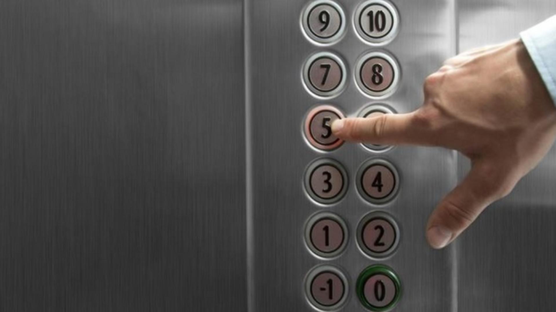 Un bărbat în vârstă de 70 de ani a fost găsit mort în casa liftului