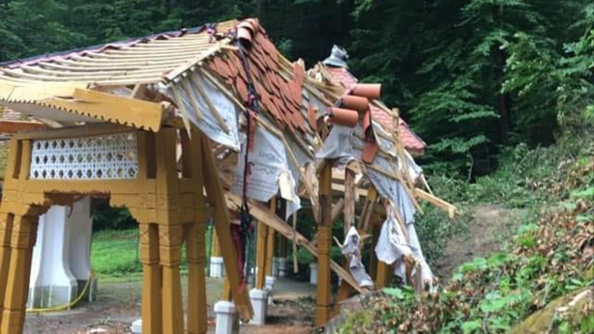 Pavilionul din Govora, distrus de un copac (FB Cătălin Neacșu)