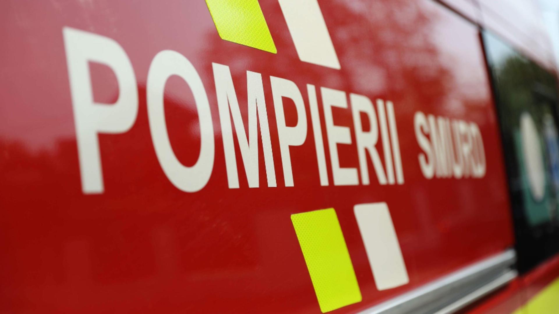 Incendiu pe A1 Sibiu-Deva, după ce un TIR încărcat cu băuturi s-a răsturnat