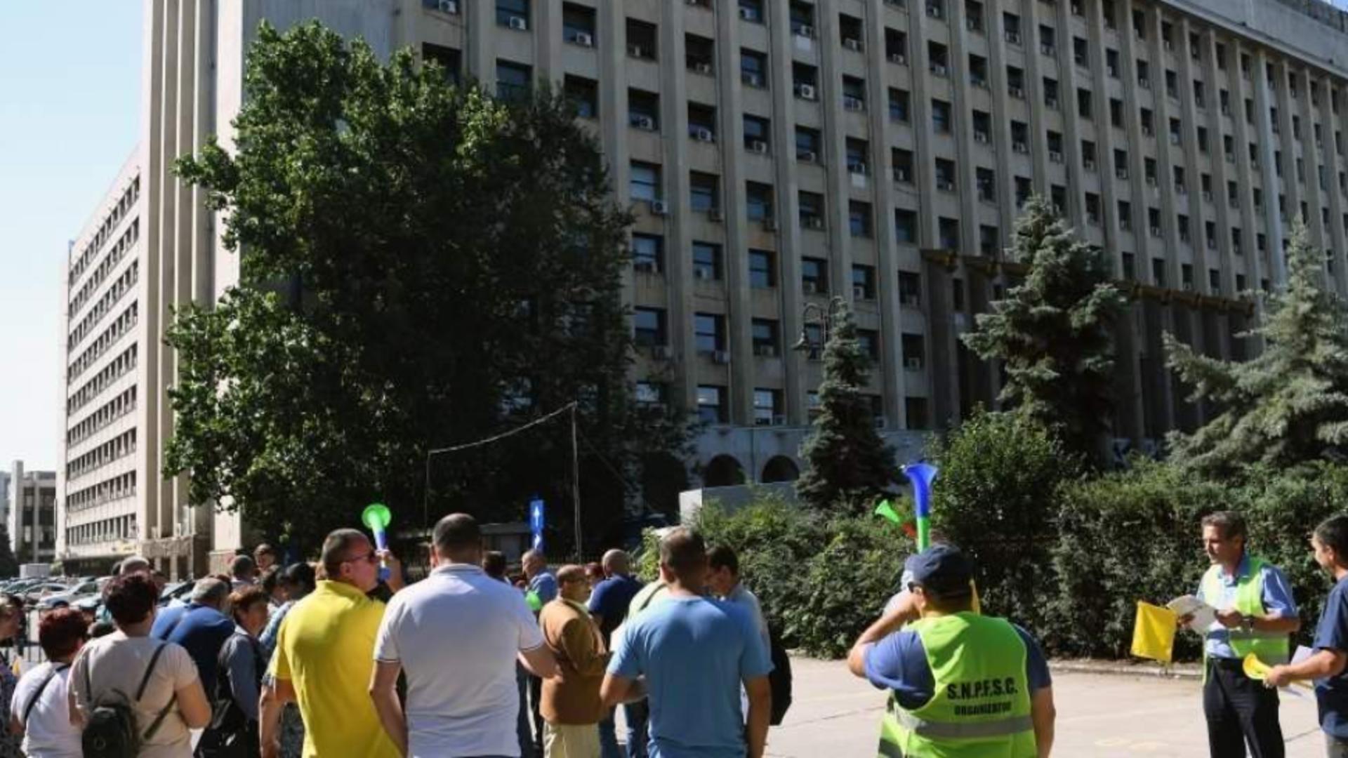 FEROVIARII din România, PROTEST în fața Ministerului Transporturilor în ziua moțiunii