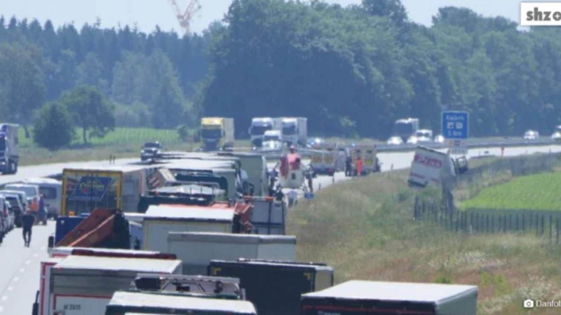 Coada de TIR-uri, după accidentul suferit de un șofer român (foto: preluare stiridiaspora.ro)