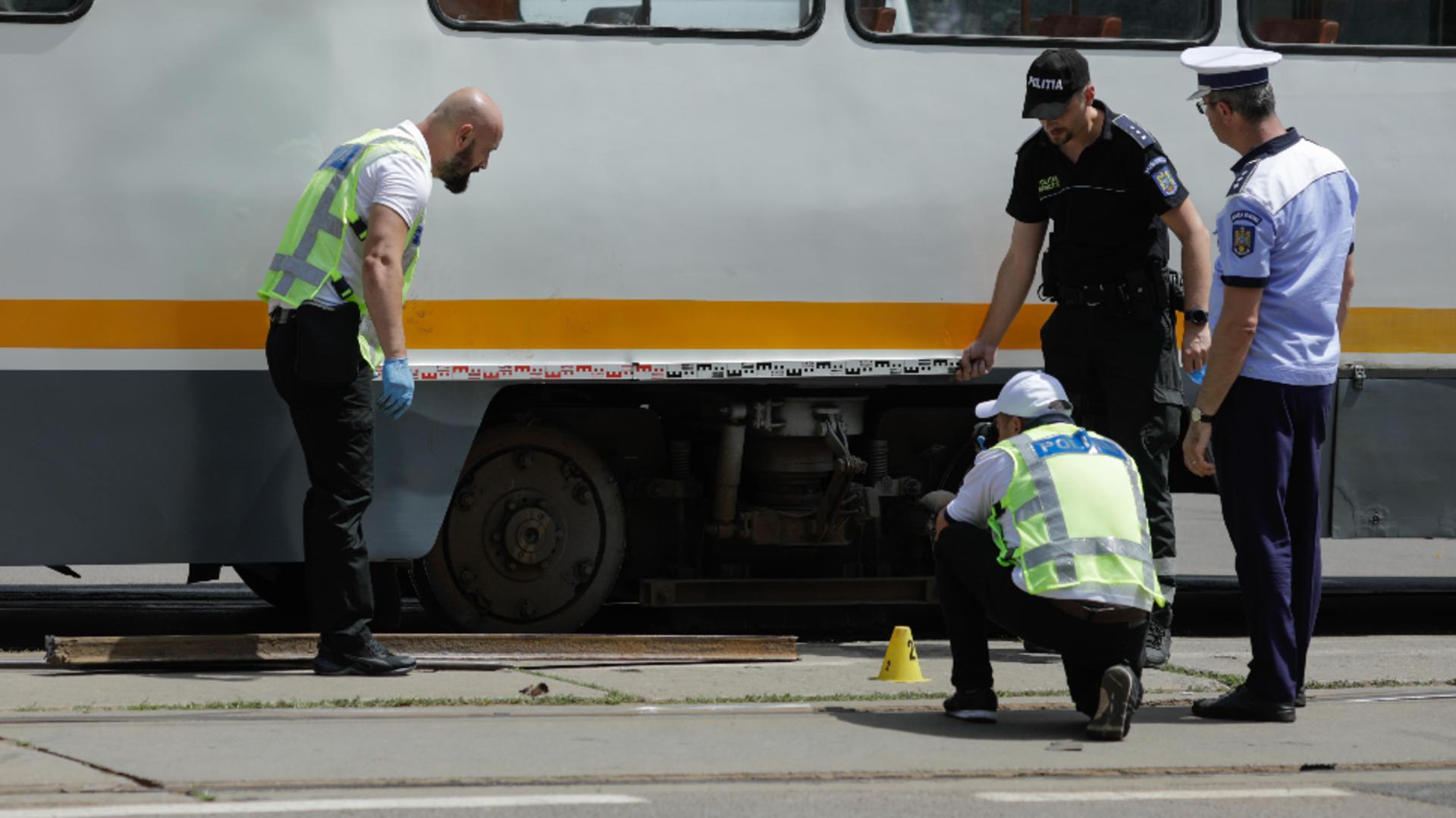 O bucată de șină s-a desprins din teresament și a rănit un pasager.Foto/Inquam