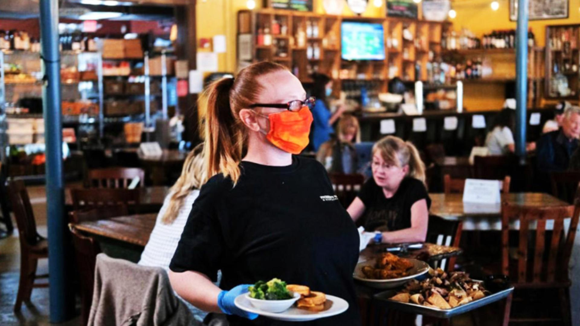 Ospătar într-un restaurant