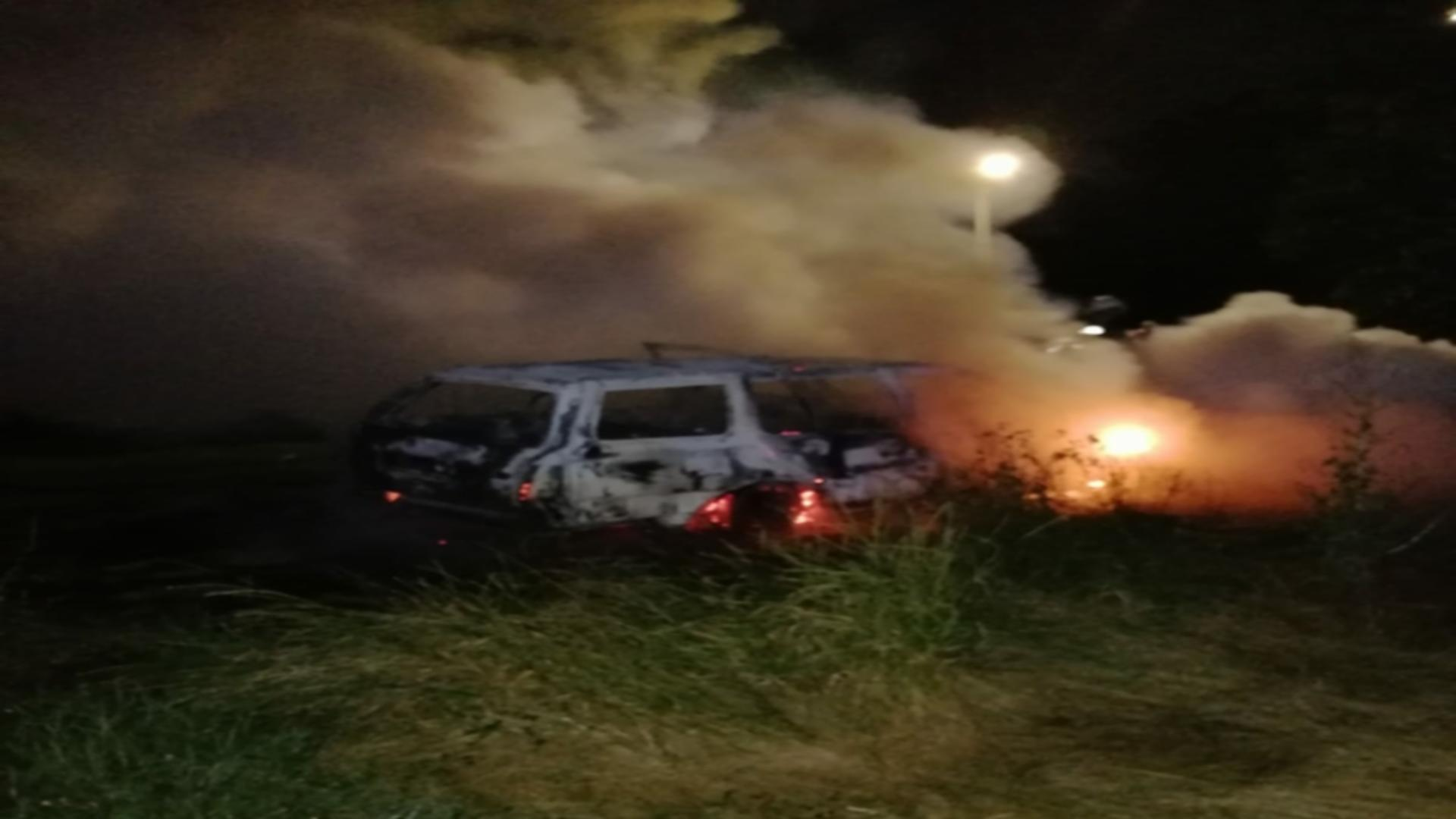 Maşina a fost distrusă de flăcări. Foto: Realitatea de Mureș