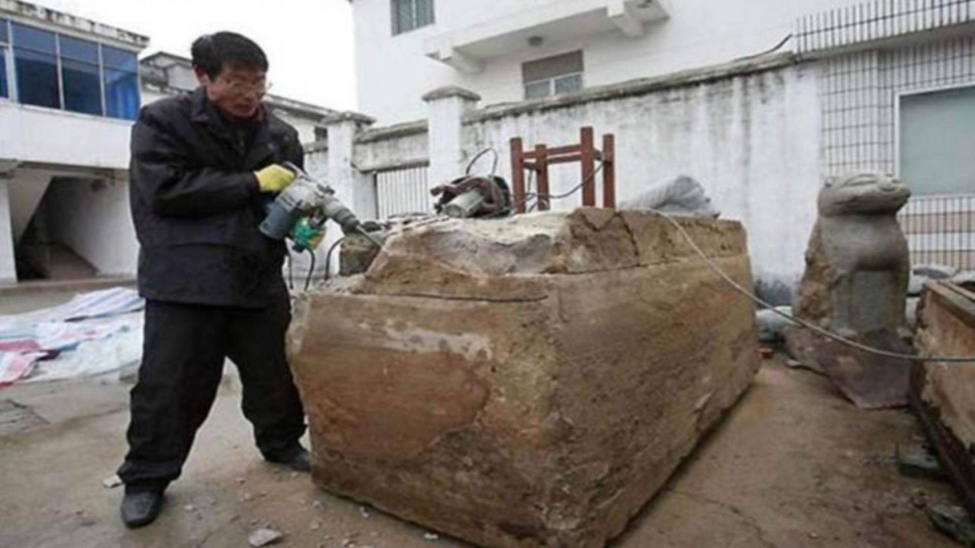 Muncitorii chinezi, care săpau la fundaţia unei case, au găsit sub pământ o cutie mare