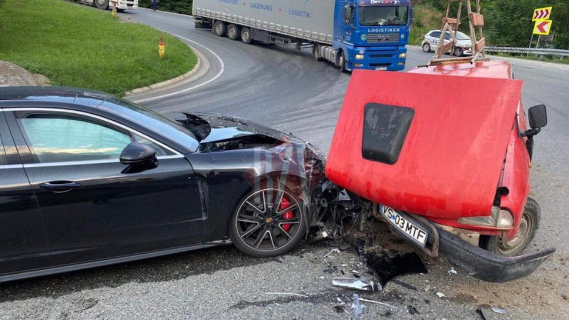 Porsche de 100.000 de euro, făcut praf de o Dacia Papuc