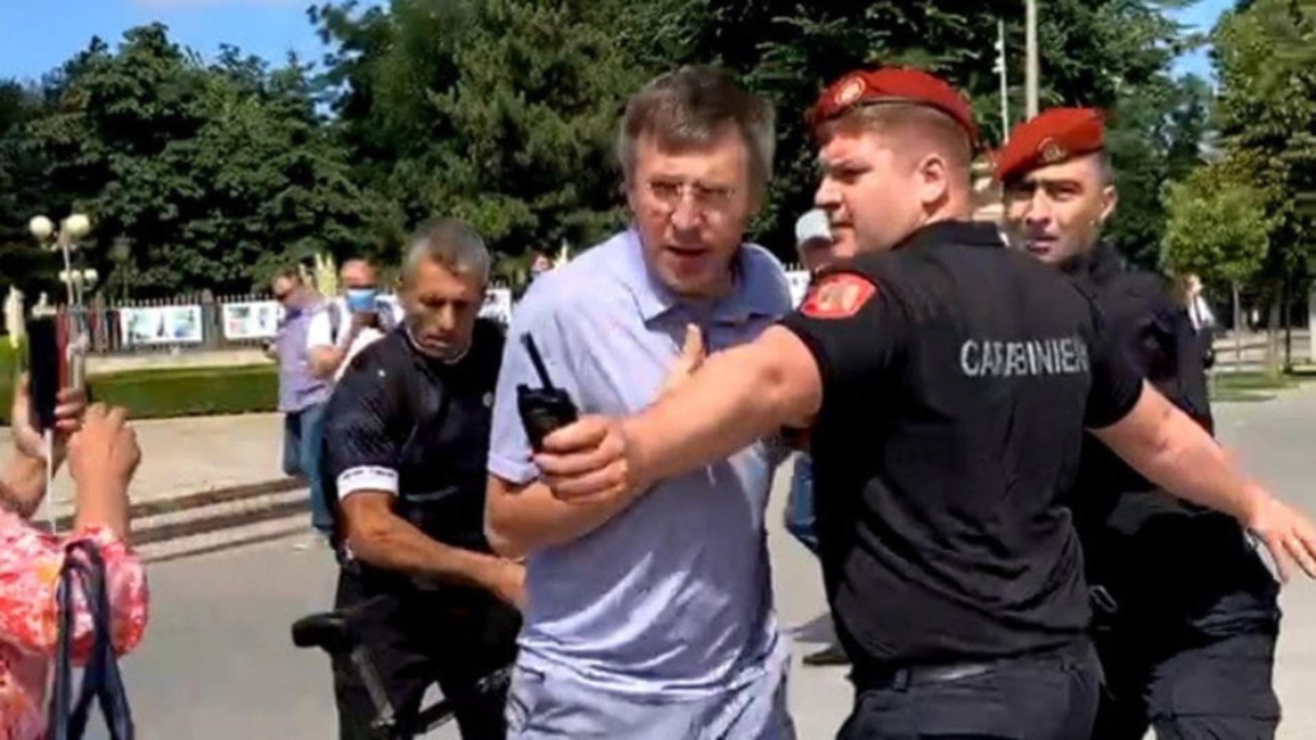 Dorin Chirtoacă, în momentul în care este oprit de forțele de ordine (foto: telegraph.md)