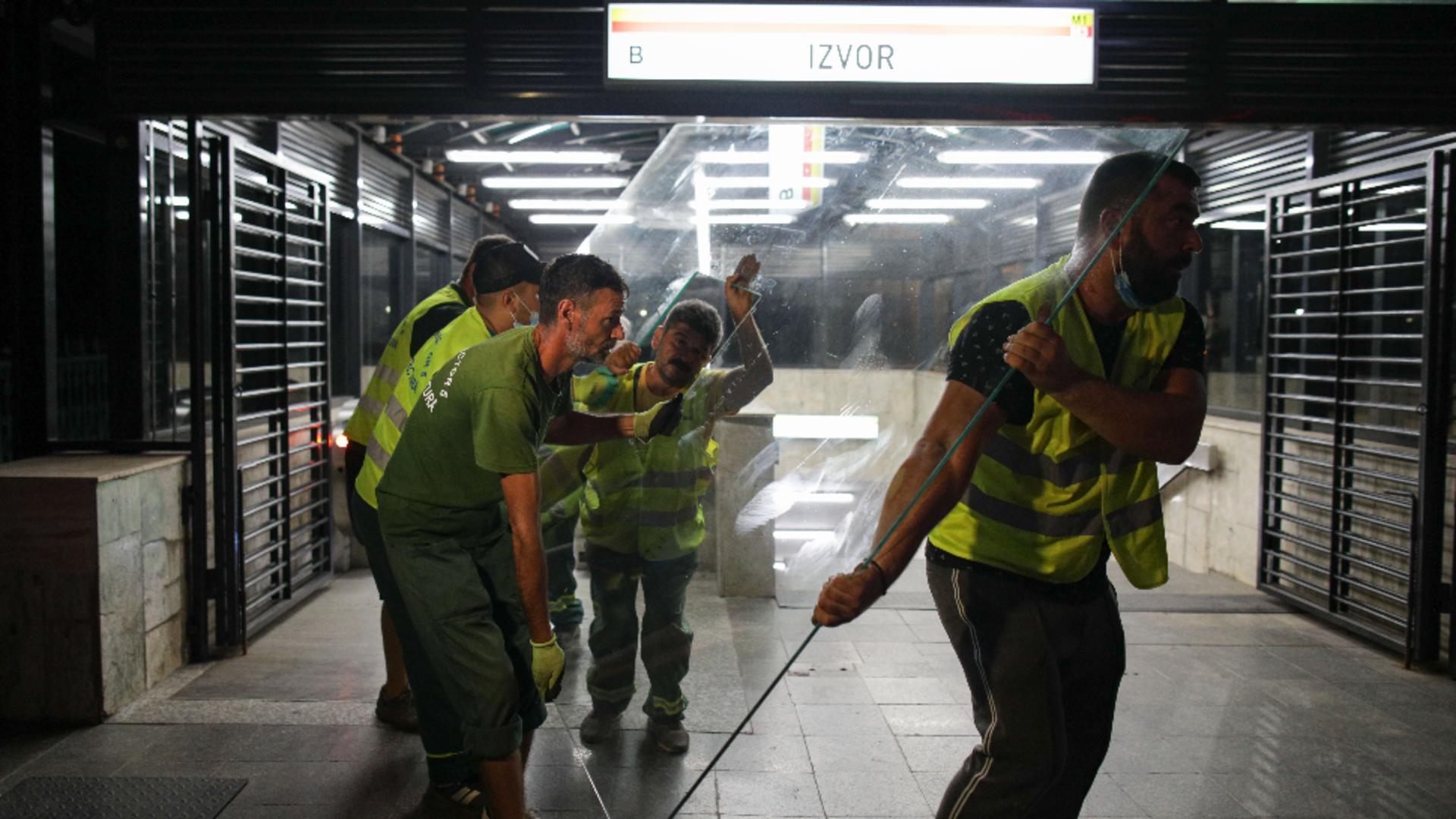 A început demolarea chioșcurilor la stația de metrou Izvor / Foto: Inquam Photos