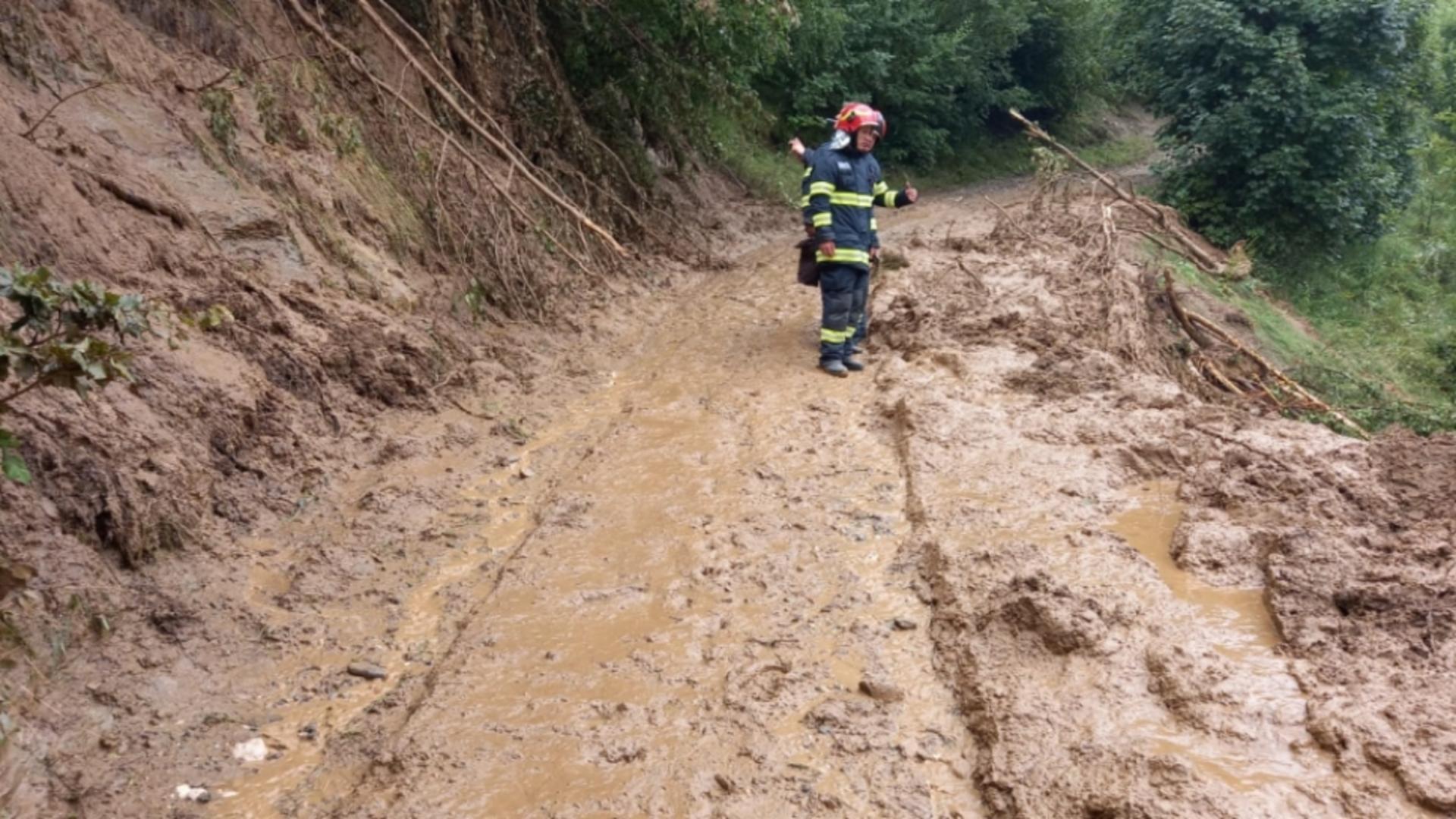 Alunecări de teren MASIVE în județul Brașov, sub cod roșu de inundații