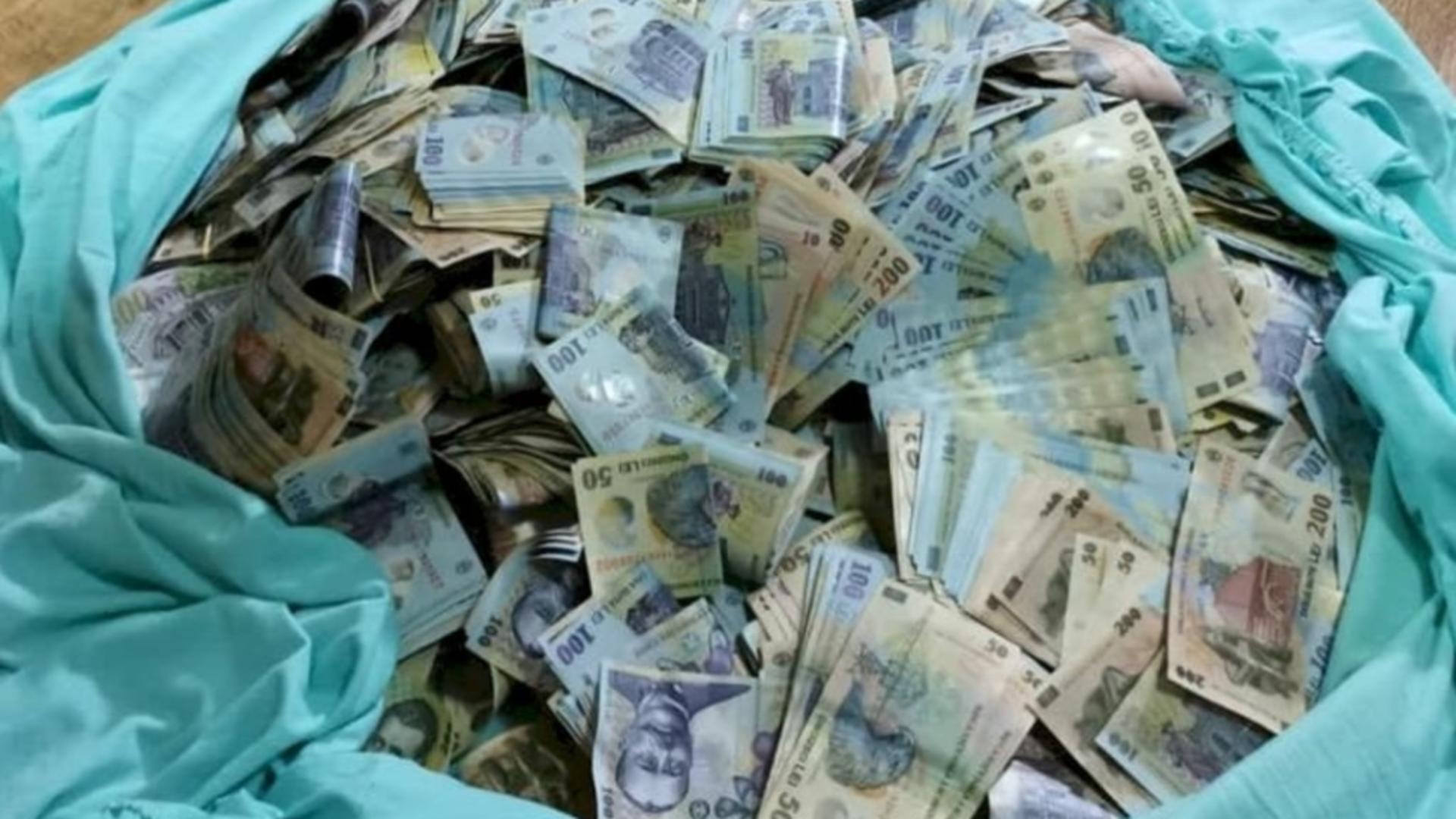 Un om al străzii din Botoșani a găsit la gunoi suma de 20.000 de lei