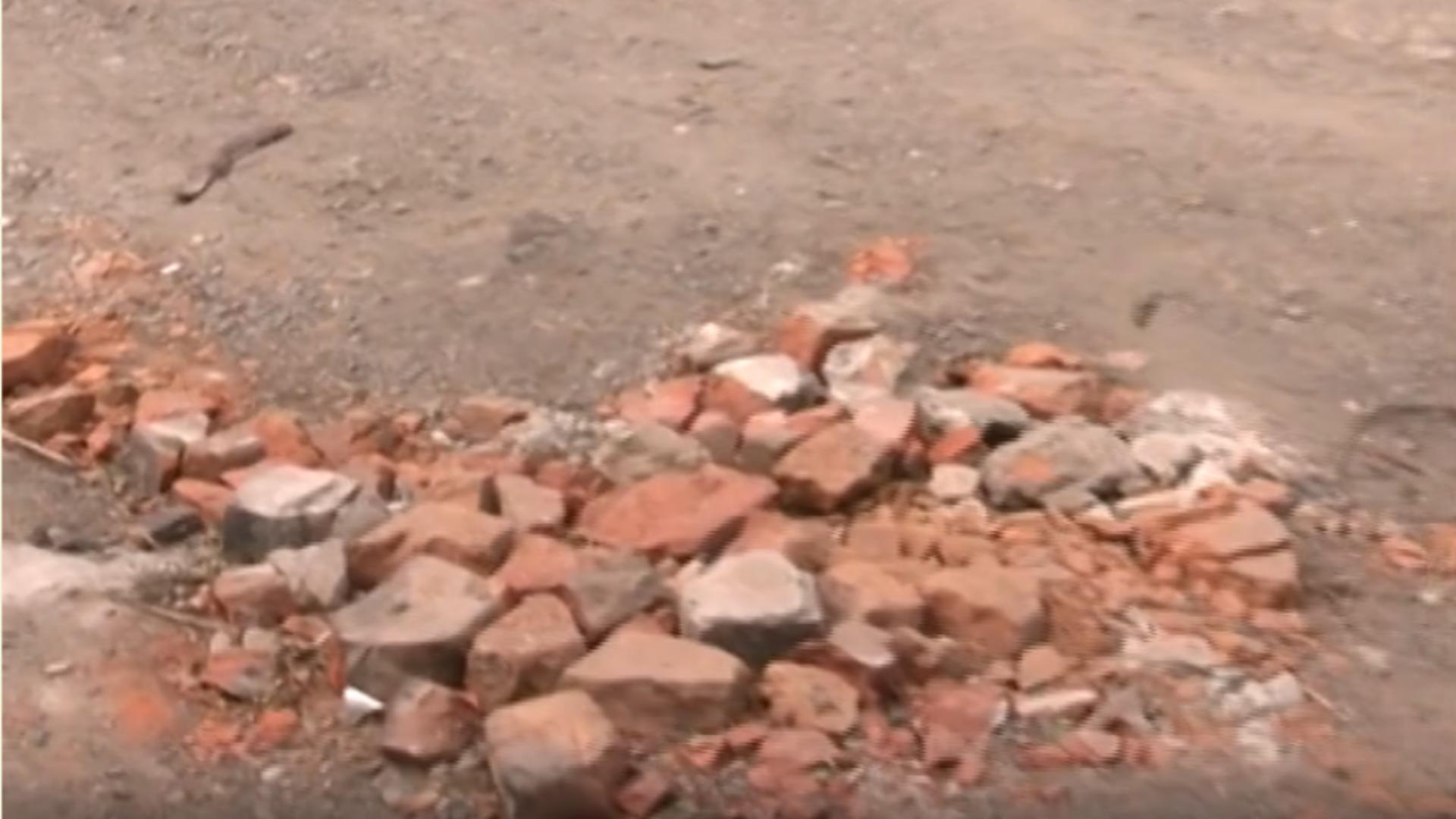 Stradă Capitală ale cărei gropi sunt astupate cu cărămizi