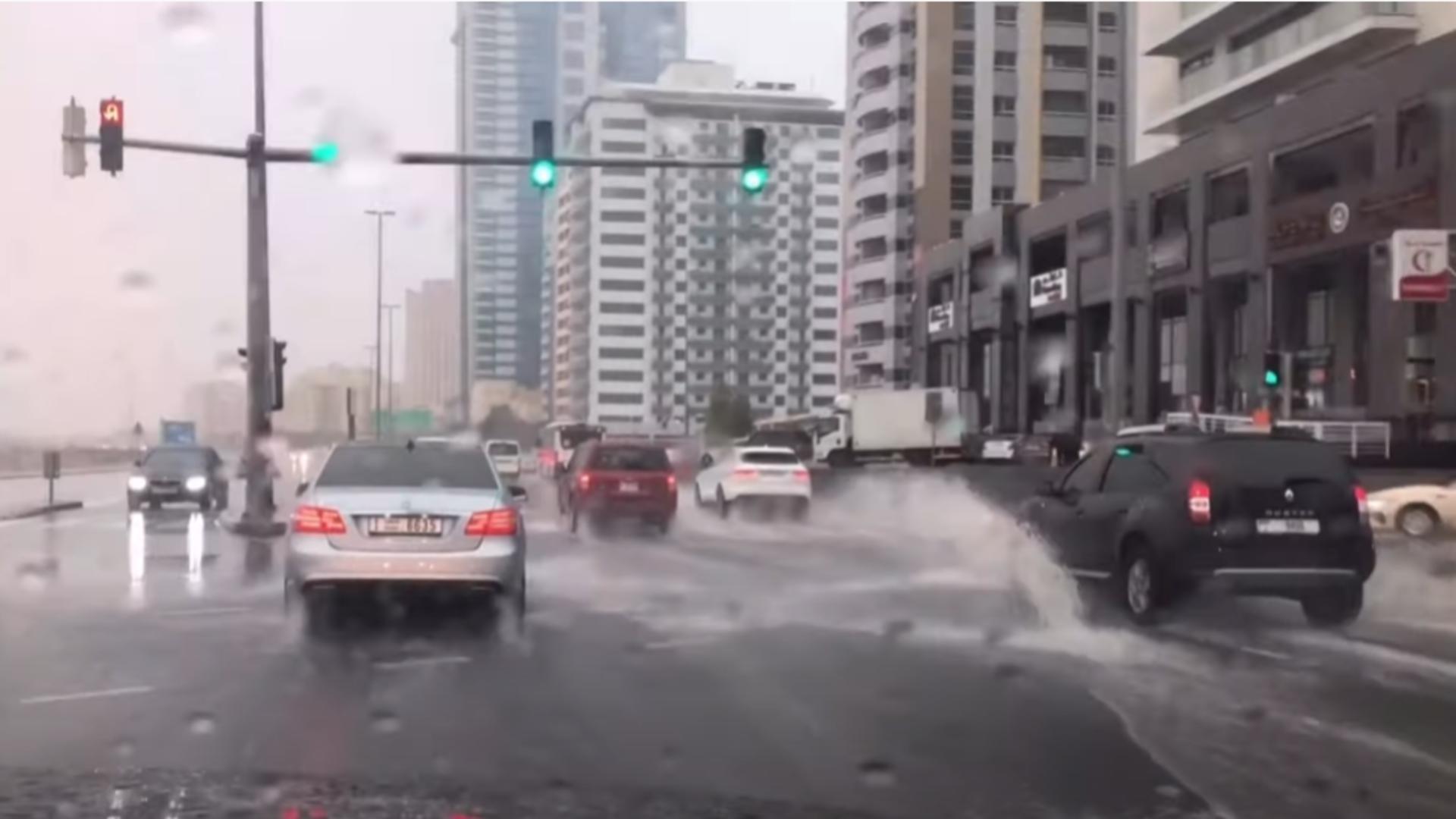 Ploi la comandă, Emiratele Arabe  - Captură foto