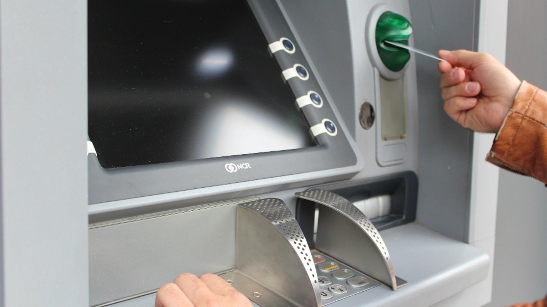 """Metoda """"Furculița"""", noua tehnică de furt din bancomat. Sursa foto: Pixabay"""