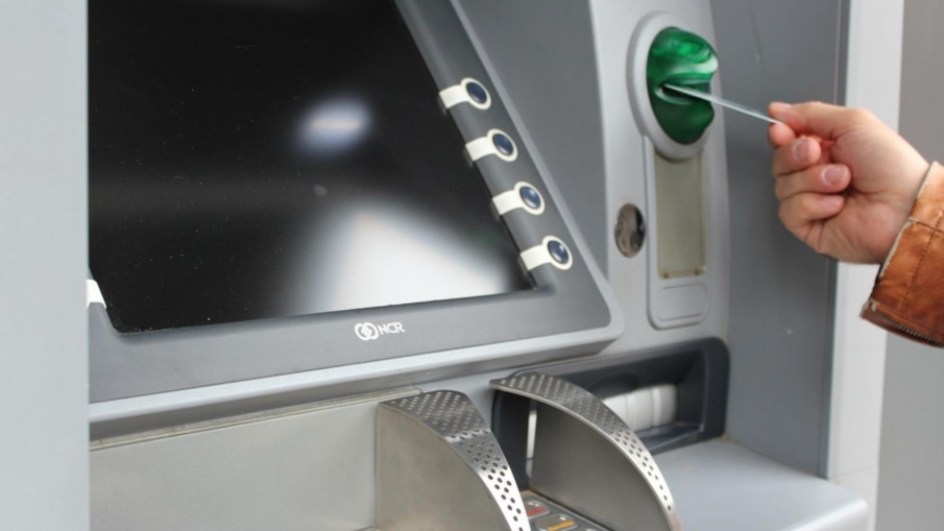 O nouă înșelătorie la bancomat face victime