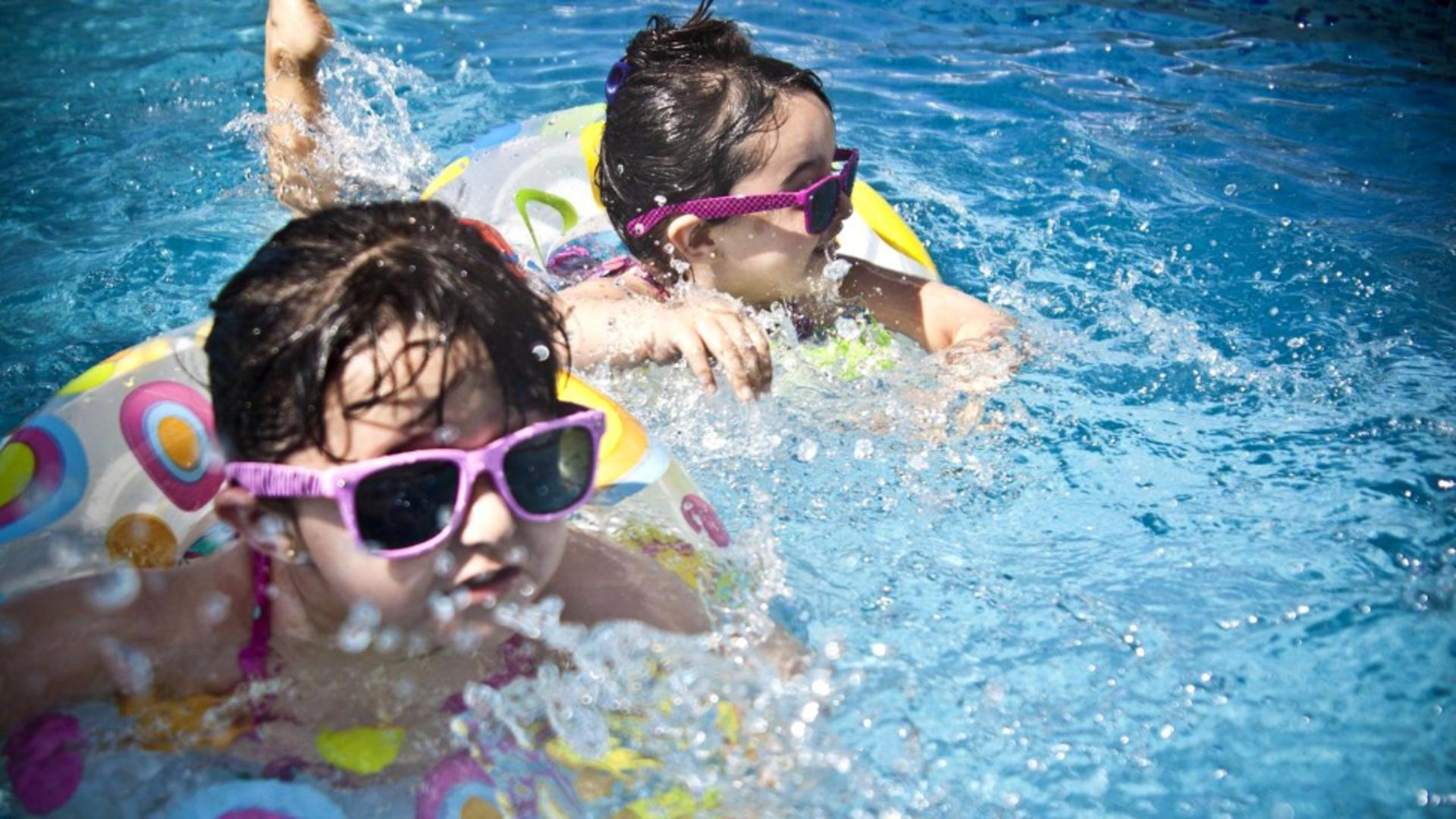 Copii la piscina (foto ilustrativ)