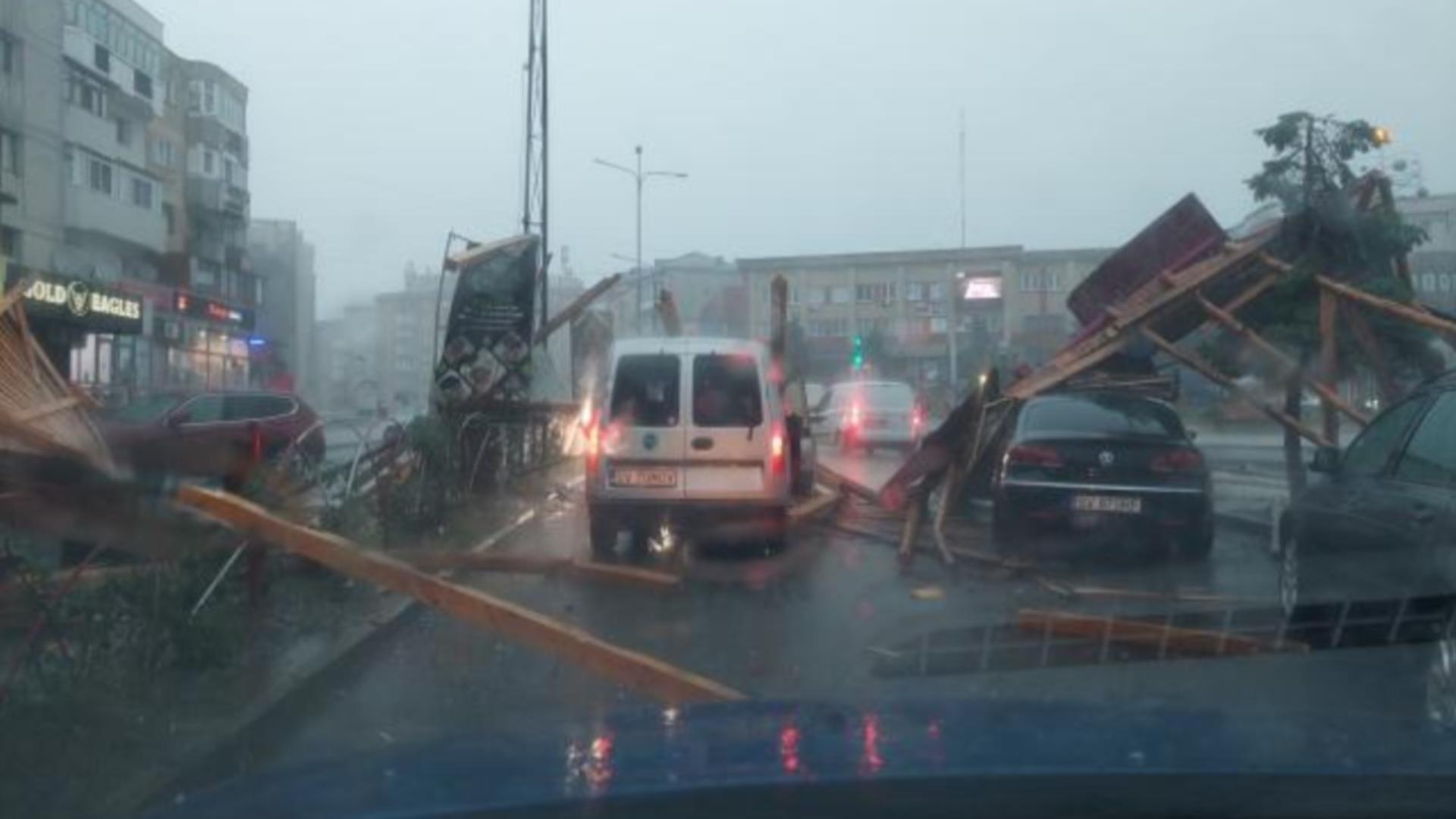 Resturile au căzut peste autoturisme aflate în trafic (foto: Mihai Tudosa/FB)