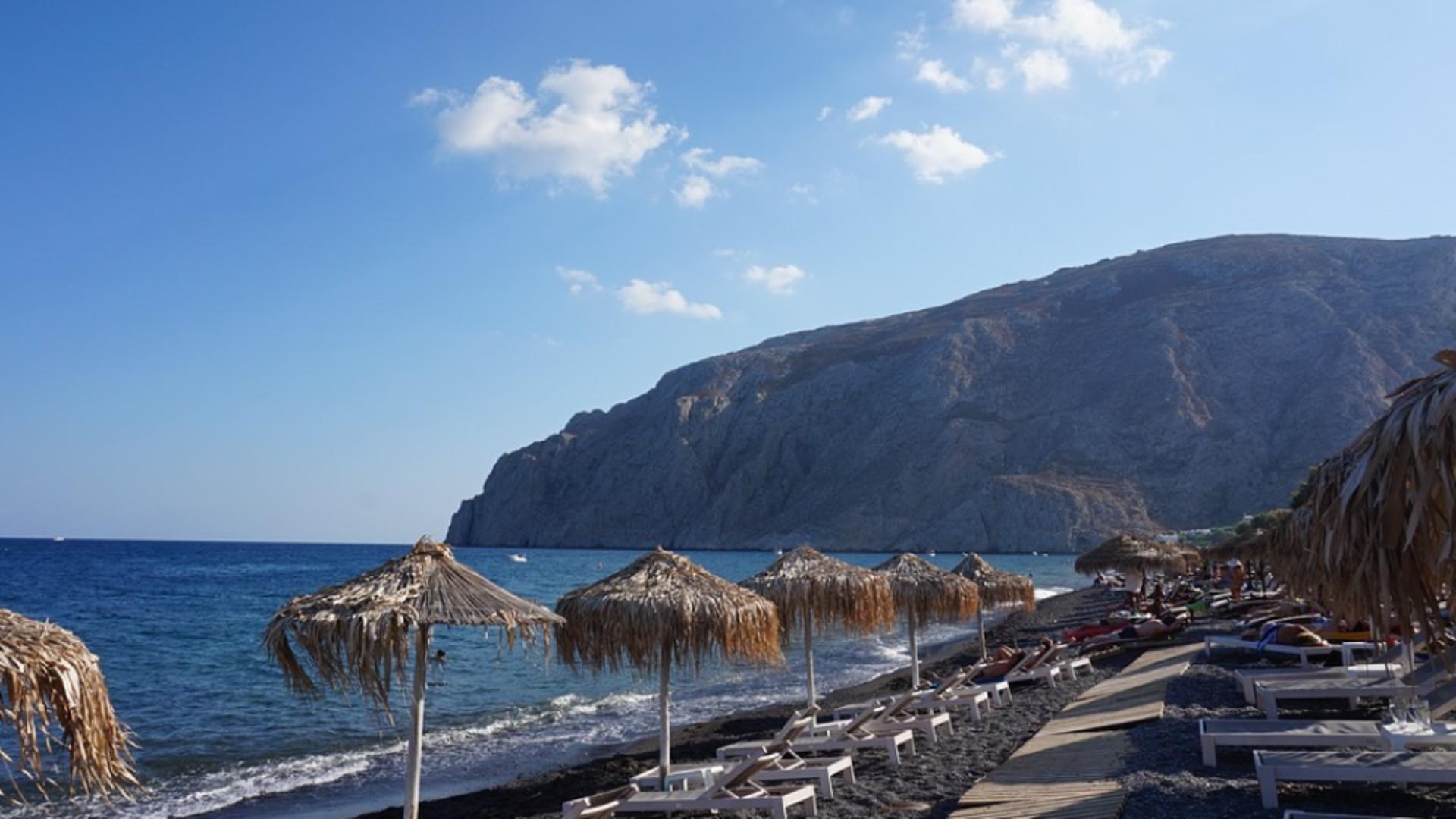 Avertisment pentru turiști: 13 insule grecești, printre care Santorini și Mykonos - în zona ROȘIE COVID-19