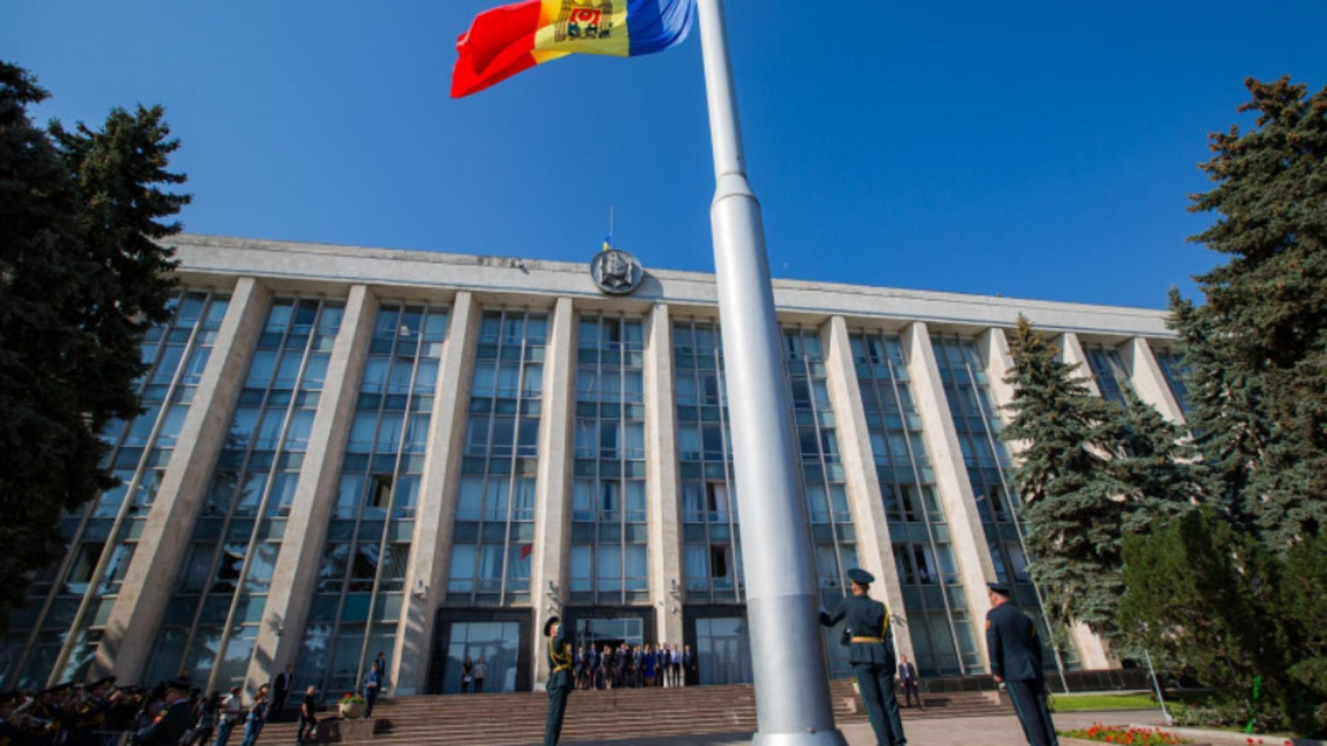 A spart geamul Guvernului din Moldova
