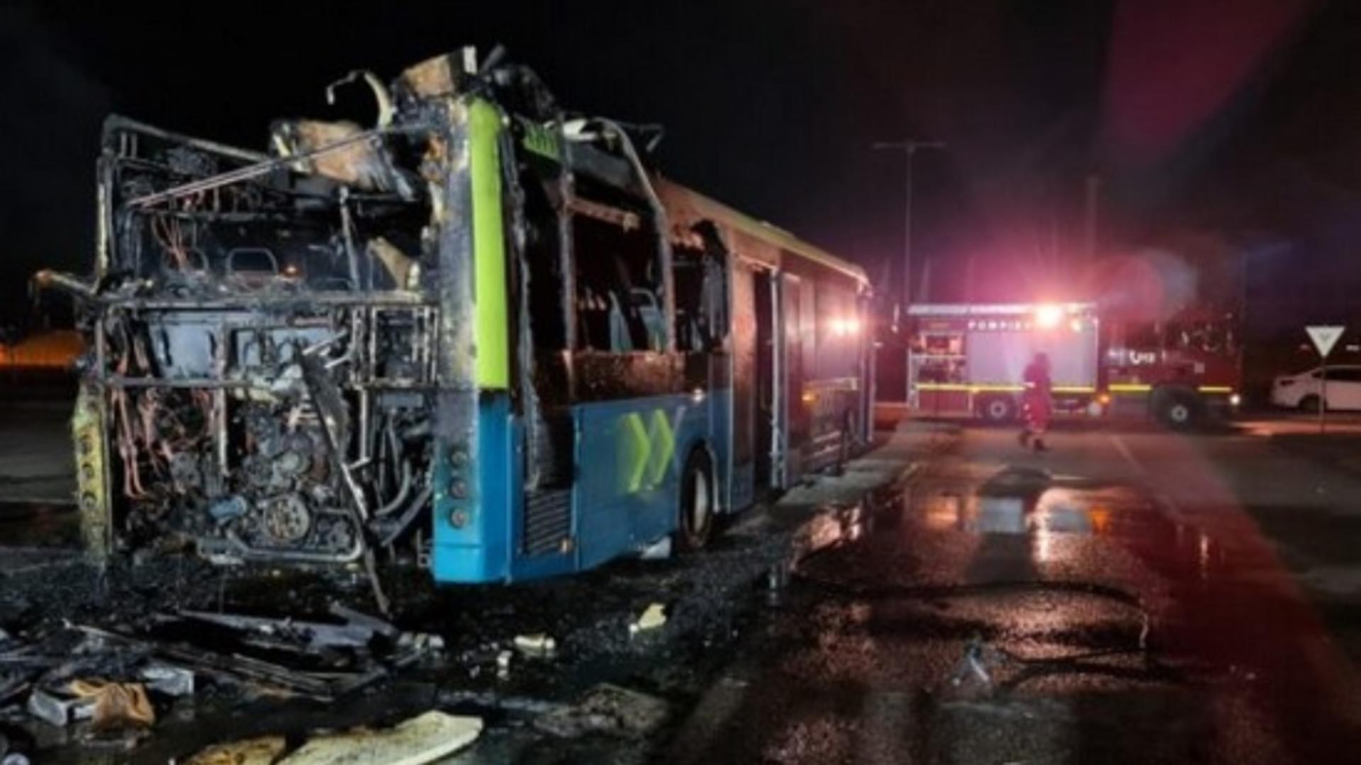 Un autobuz a luat foc în parcarea unui supermarket din Argeș / Foto: epitesti.ro