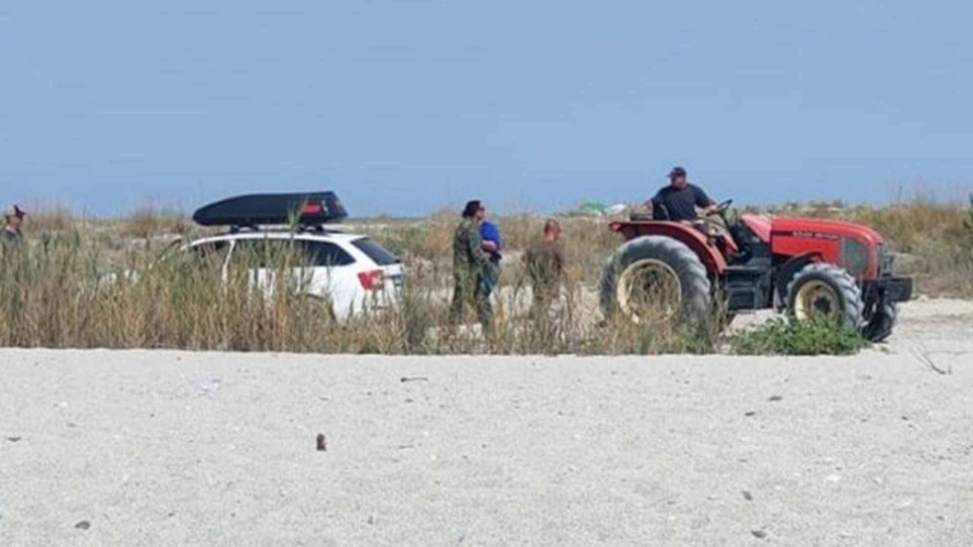 Mașină parcată pe o plajă din Grecia