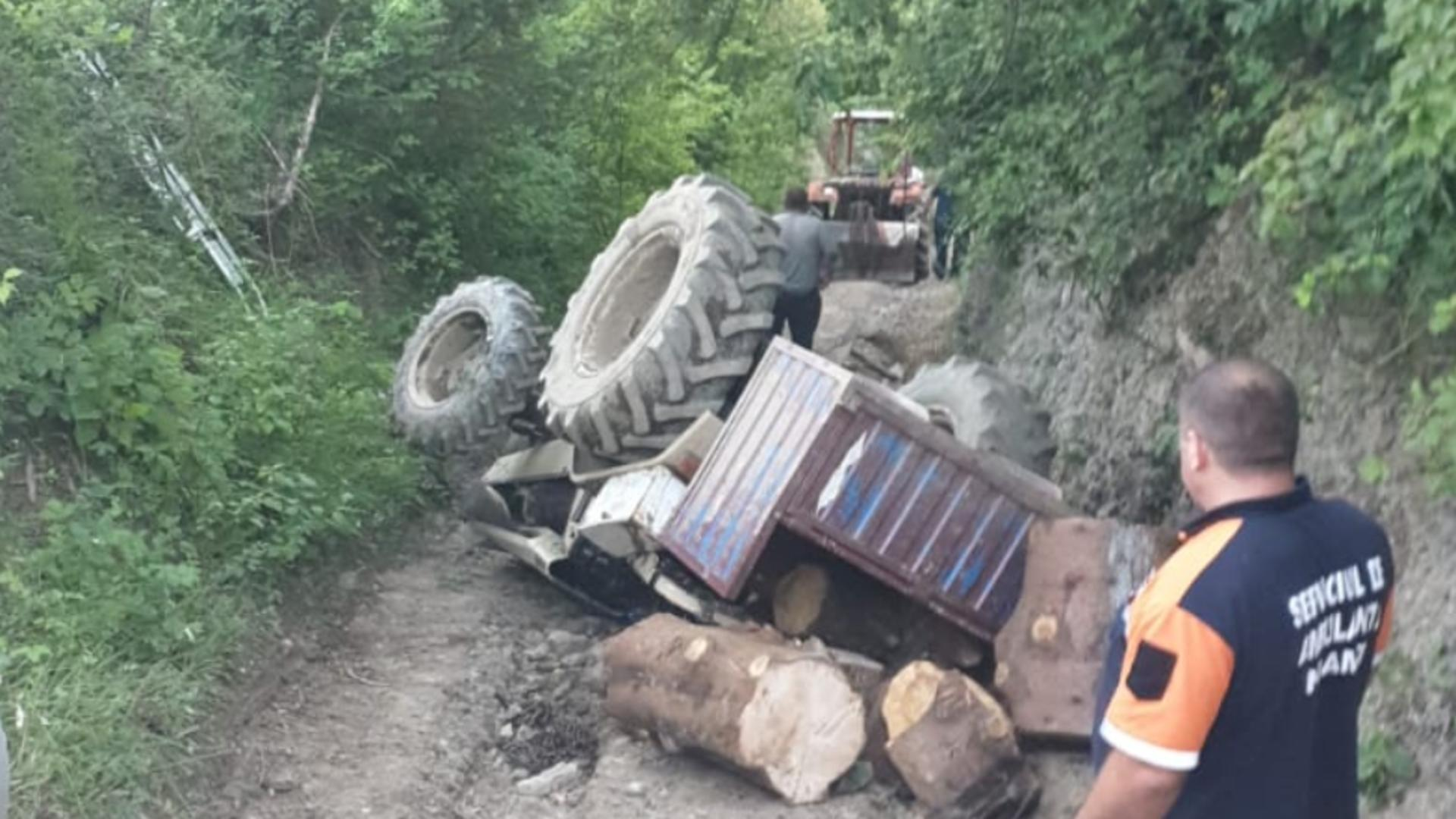 Moarte CUMPLITĂ în județul Neamț: Și-a dat ultima suflare prins sub tractorul pe care-l conducea
