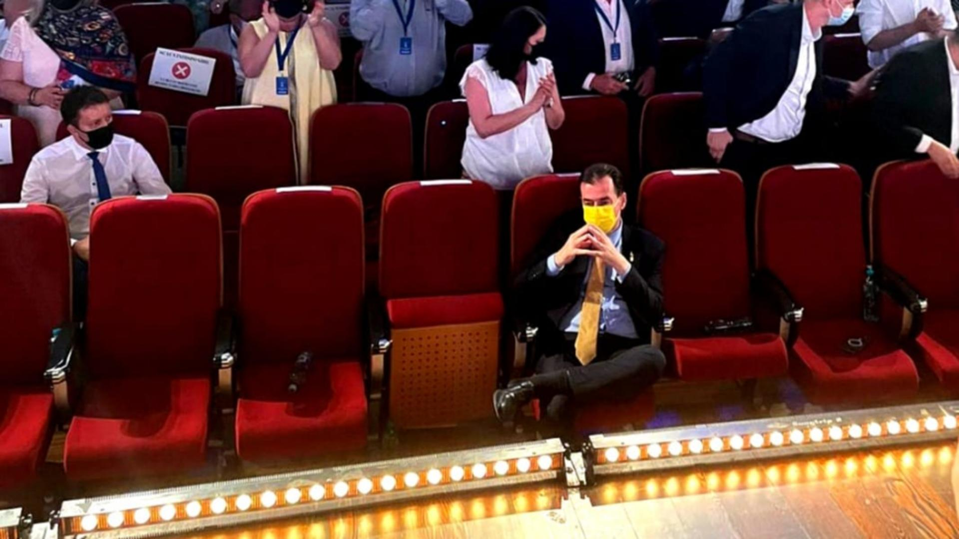 Orban a stat singur în primul rând. Foto/Facebook