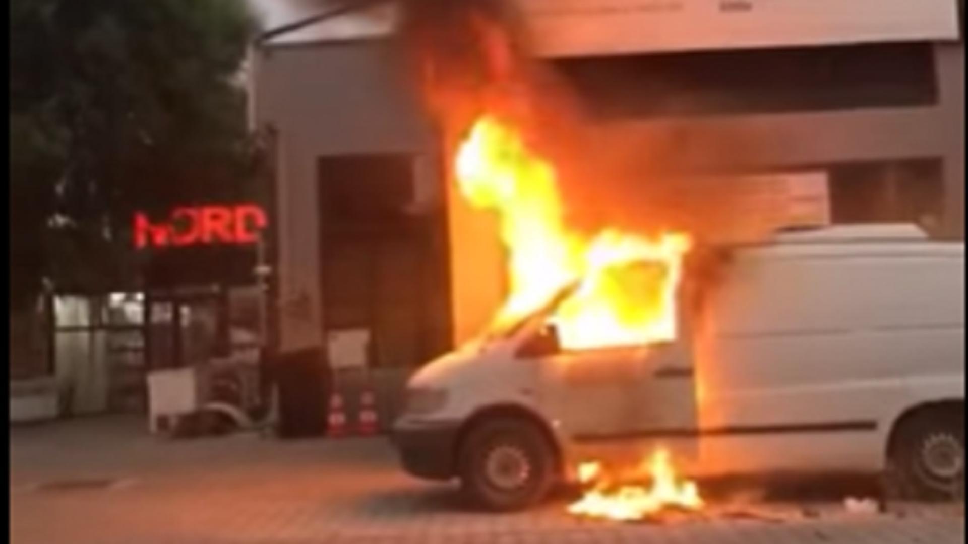 Vehicul în flăcări pe o stradă din Alexandria