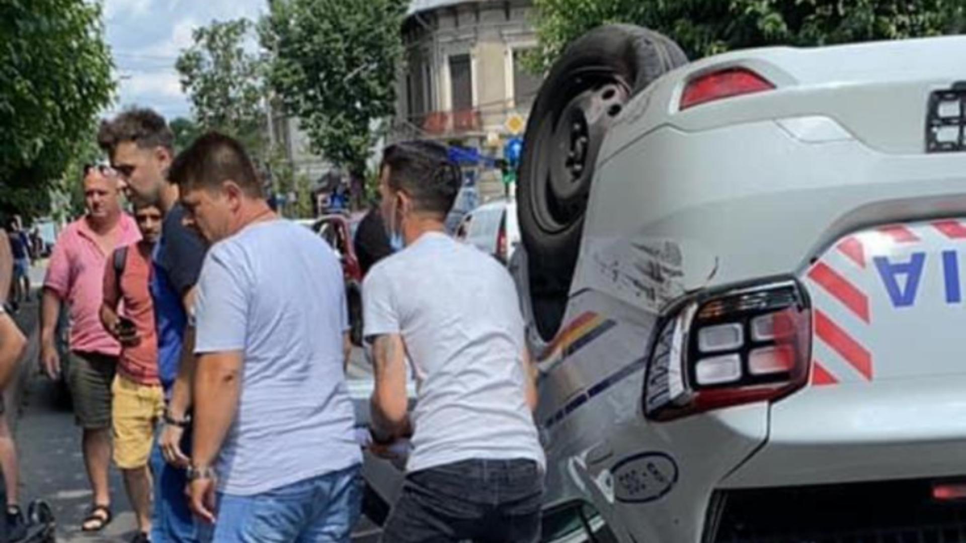 Mașină de poliție răsturnată