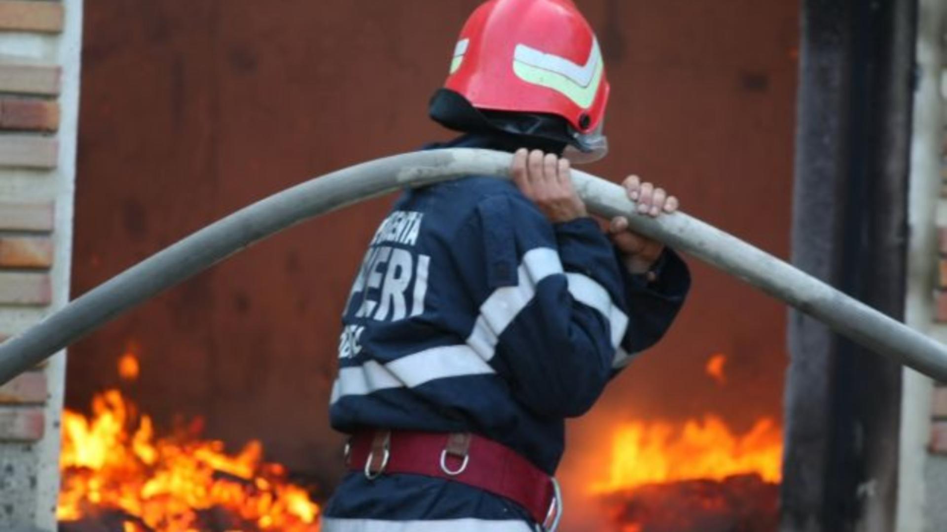 Locuințe în flăcări, după ce au fost lovite de trăsnet
