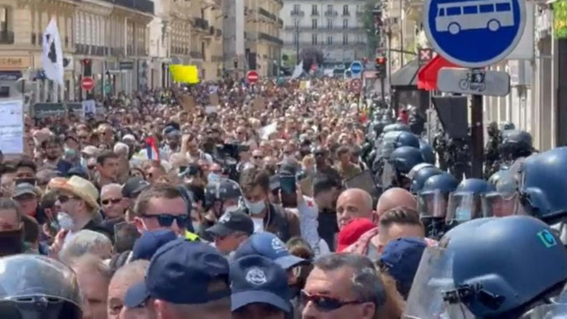 PROTESTE masive în Hexagon! SUTE de mii de francezi, în stradă, împotriva vaccinării obligatorii Foto: Twitter
