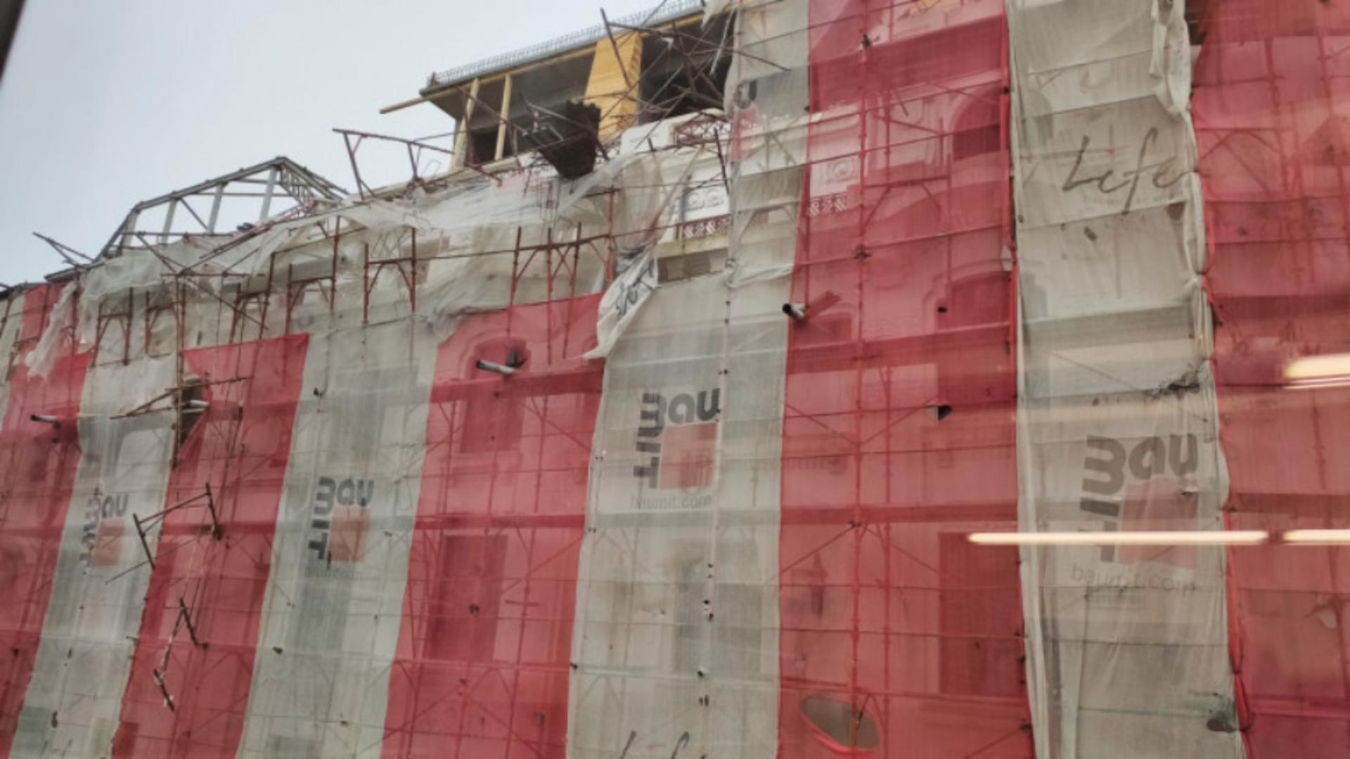 O schelă s-a desprins de pe fațada unui bloc