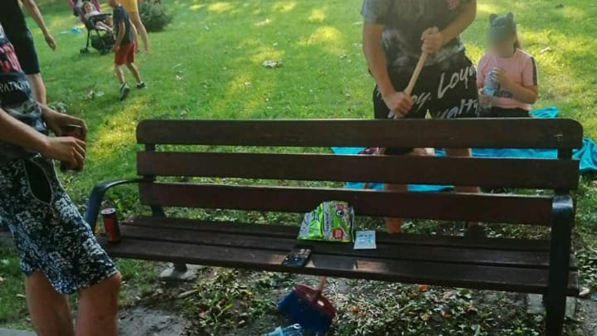 Spărgătorii de semințe, puși de polițiști să măture cojile. Foto: Facebook