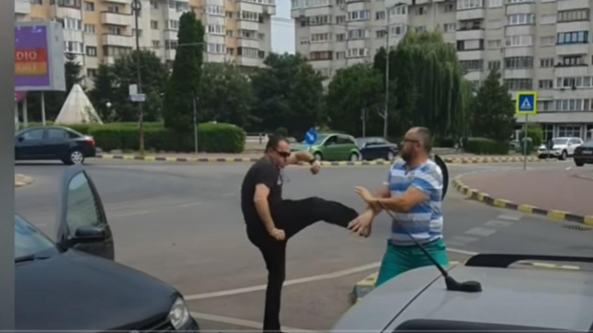 Bătaie în mijlocul străzii, la Suceava, între doi șoferi. Foto/Captură video
