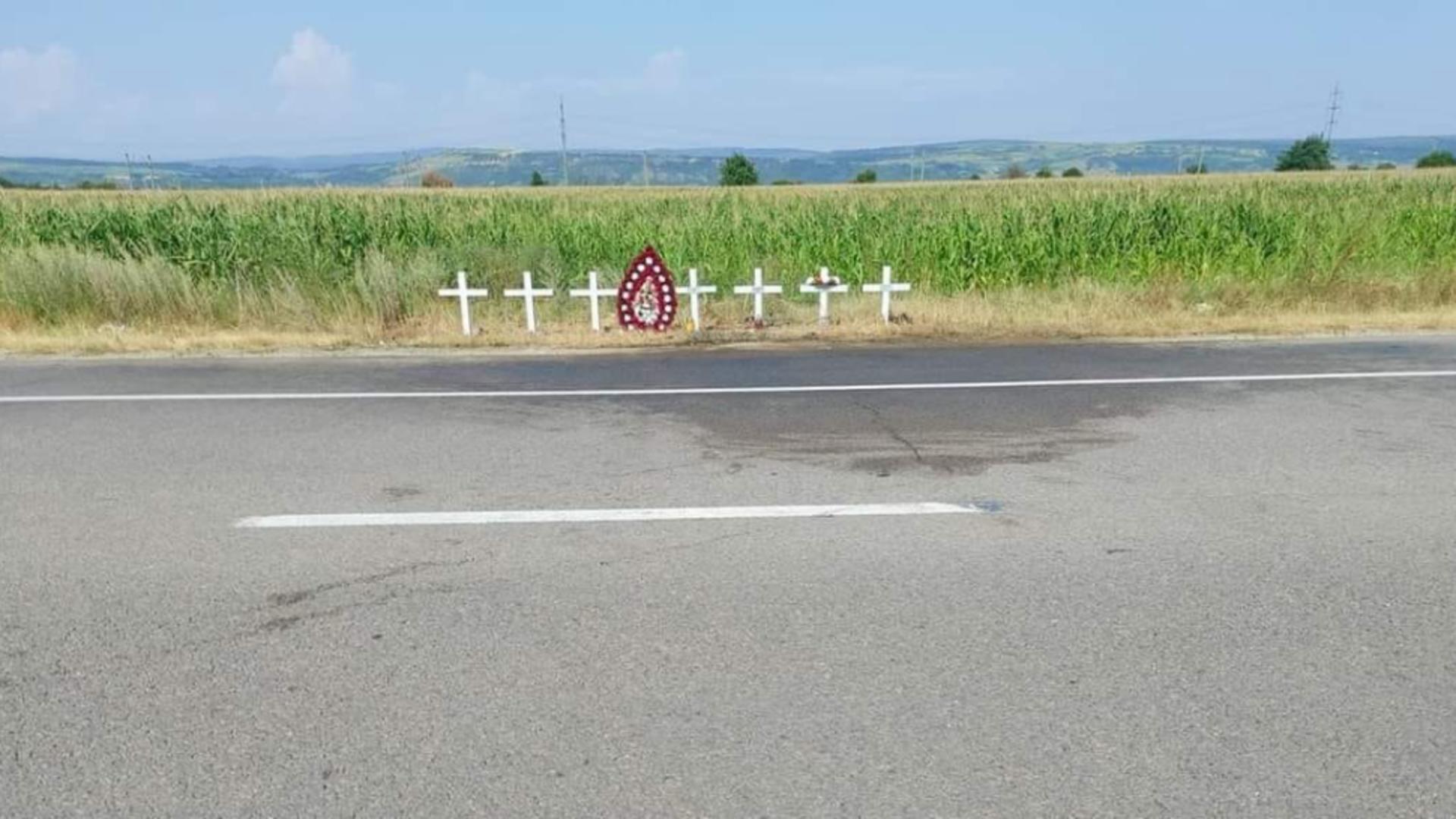 O coroană şi şapte cruci, pe marginea drumului