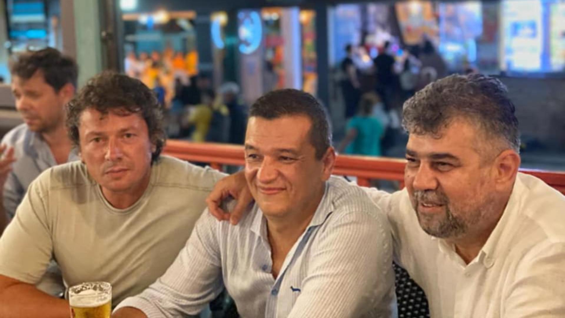 Marcel Ciolacu și Sorin Grindeanu la o terasă, în Vama Veche / Foto: Facebook Marcel Ciolacu