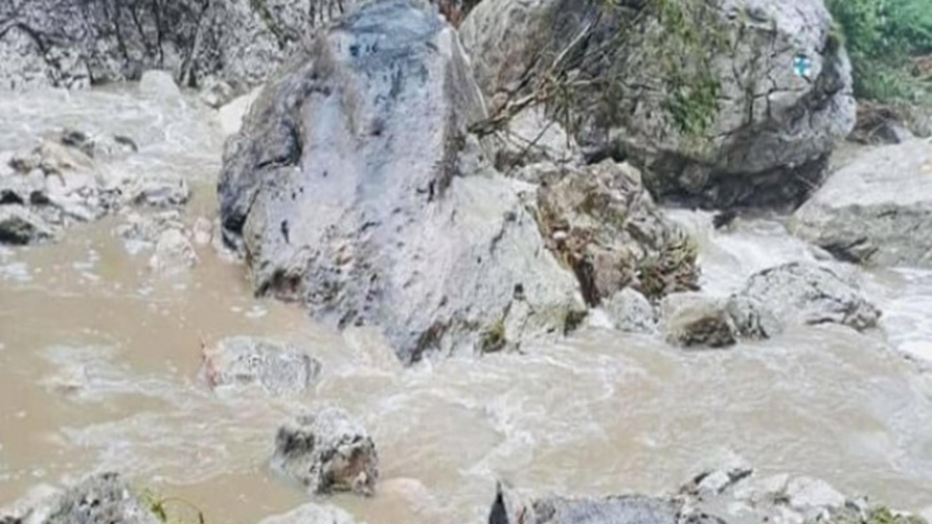 Aluviunile au închis un traseu din munții Bucegi