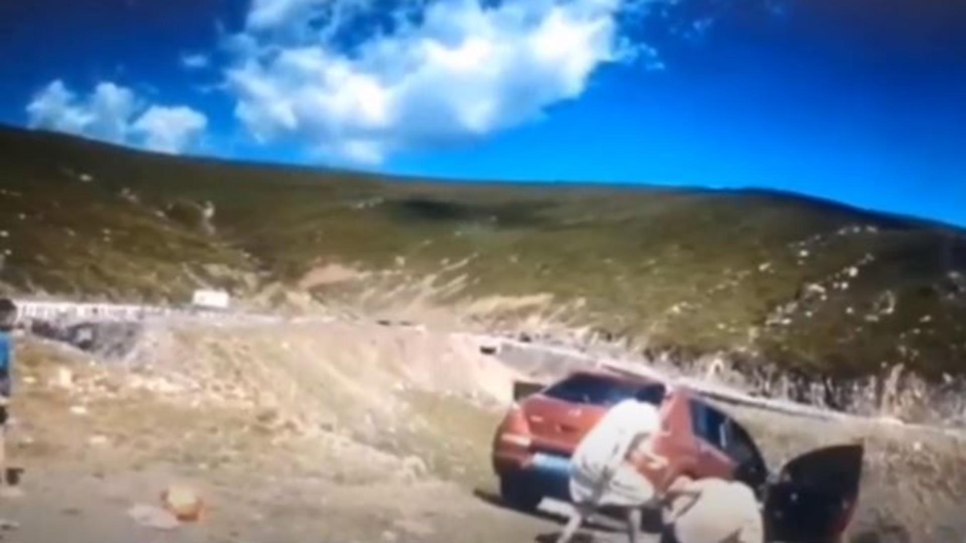 Momentul în care o mașina cade în prăpastie