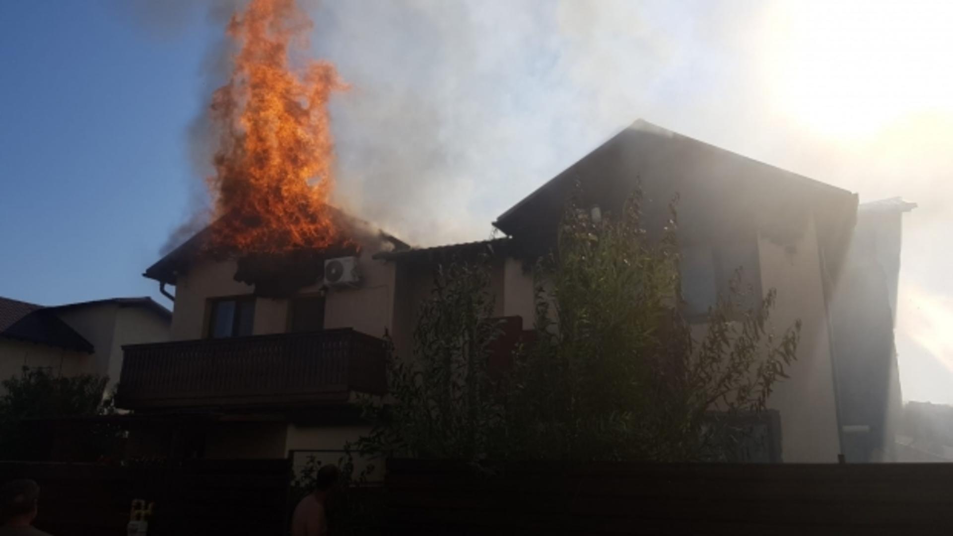Flăcările s-au extins la acoperiș (foto: FB)