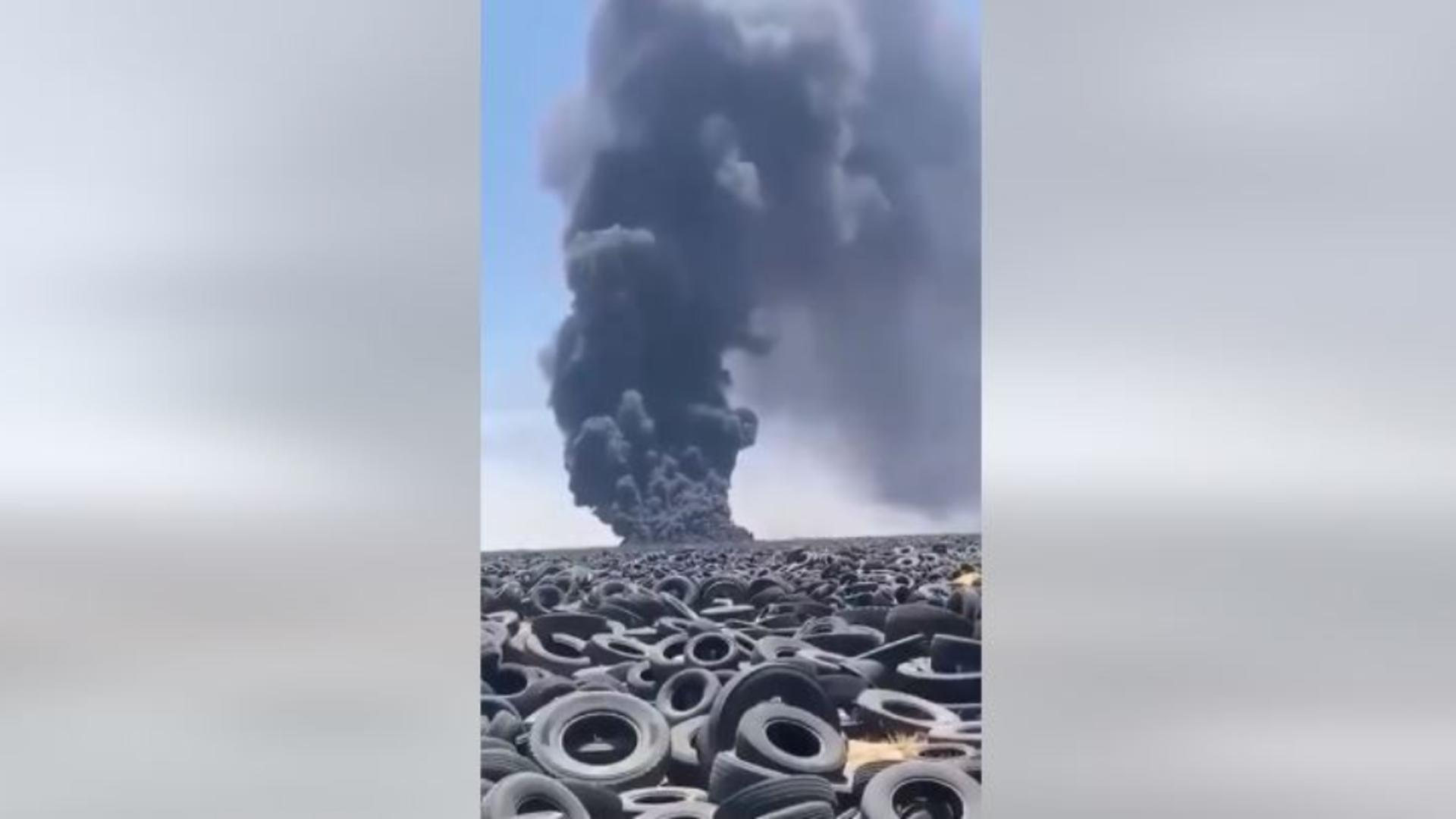 Incendiu puternic la cel mai mare depozit de anvelope