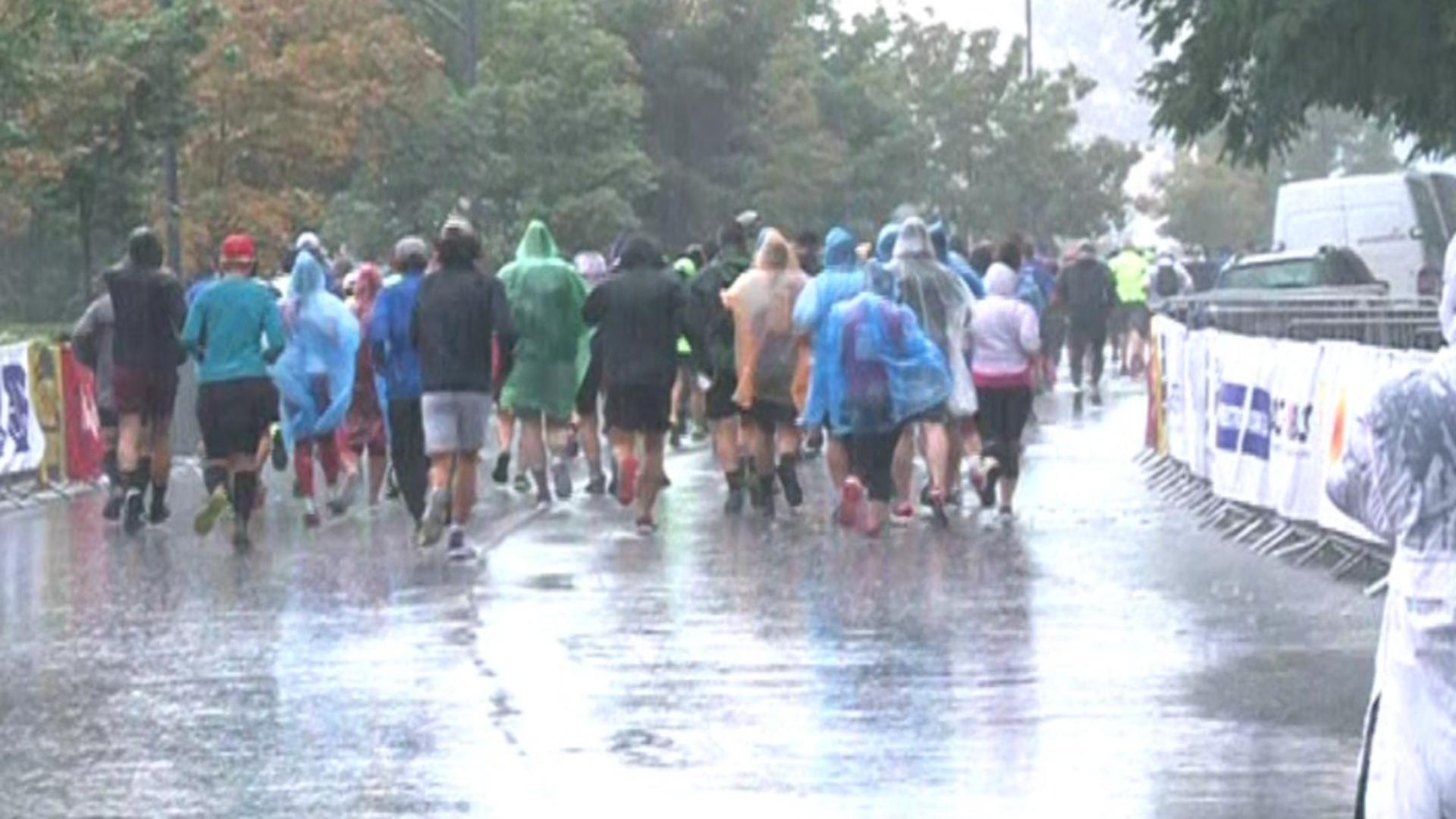 Ploaia torențială nu i-a descurajat pe alergători