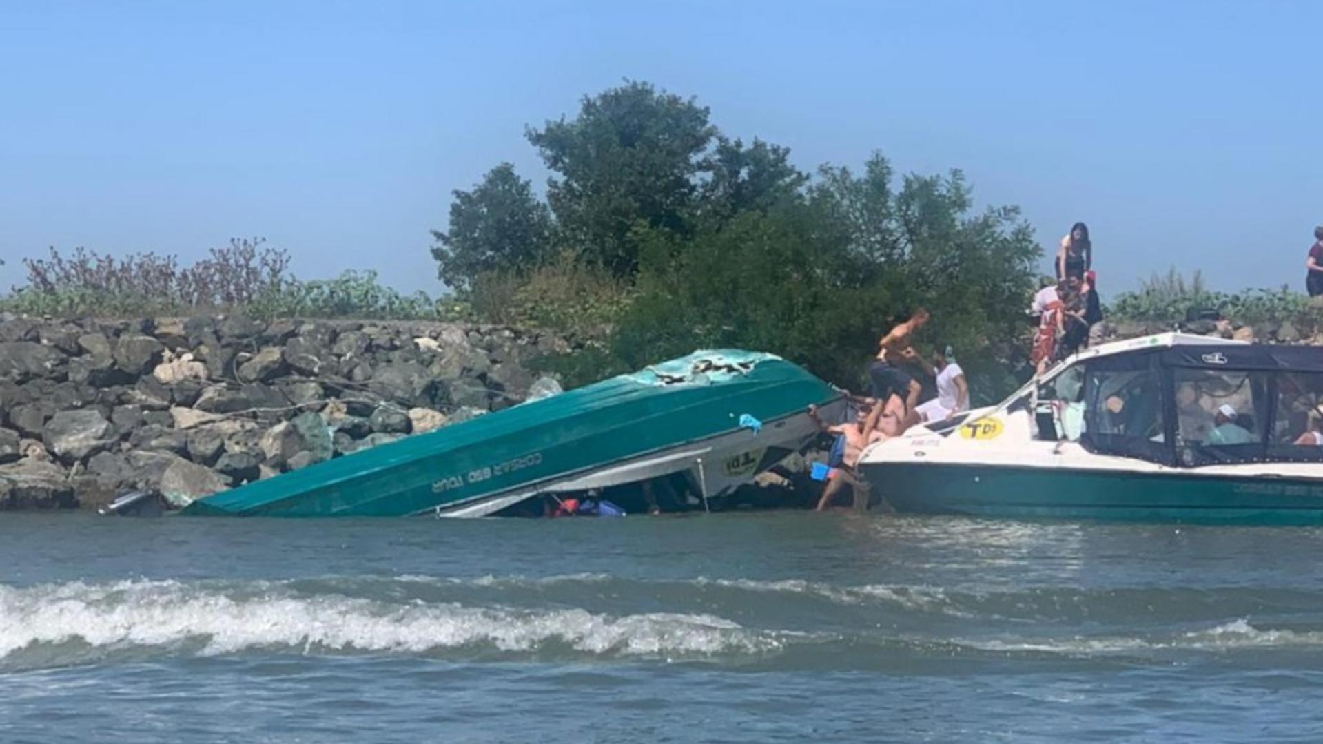 O barcă plină cu turişti s-a răsturnat în zona milei marine 17