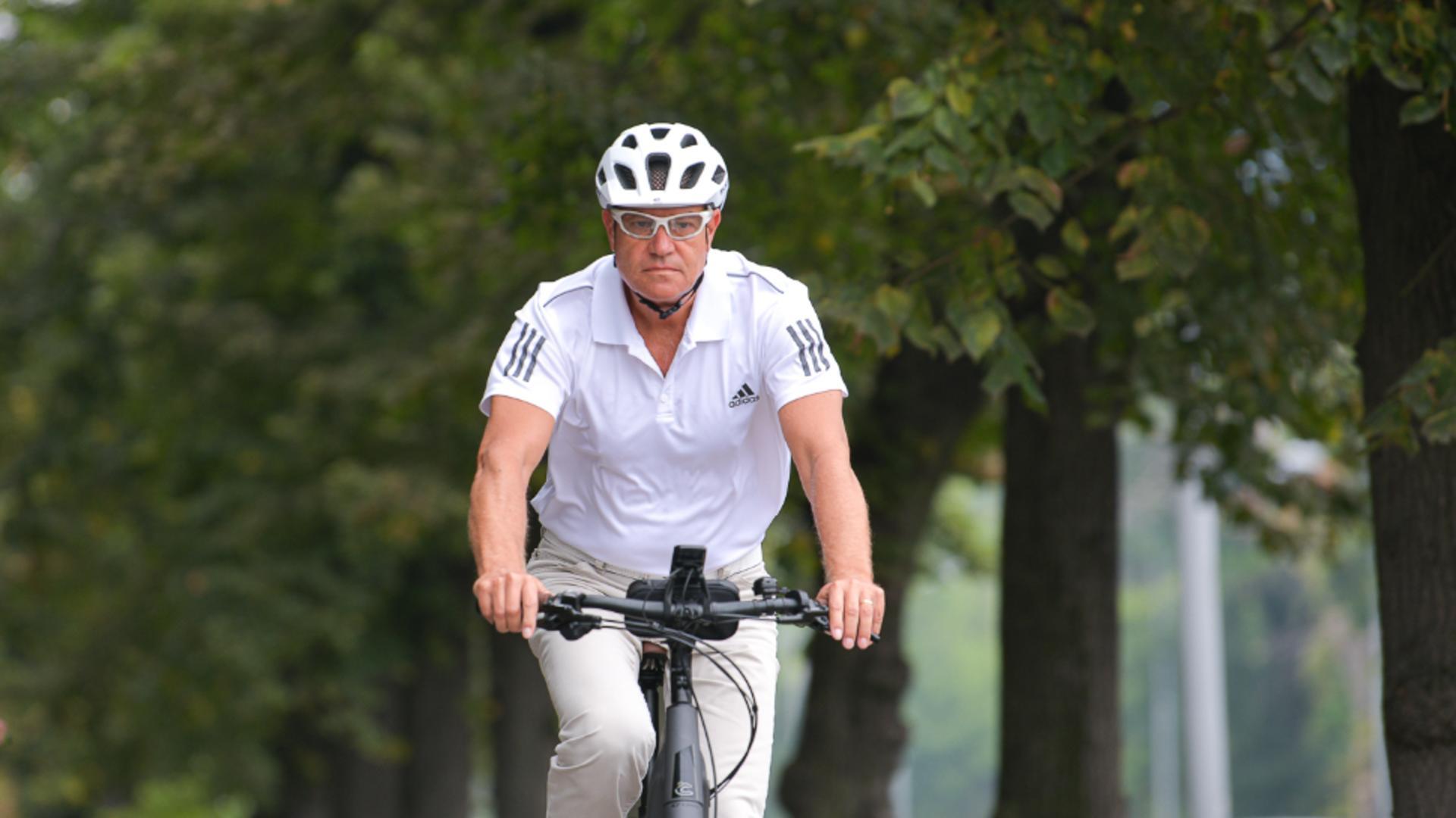 CÂT costă bicicleta cu care a mers Klaus Iohannis la Cotroceni - MESAJUL primit de președinte Foto: presidency.ro