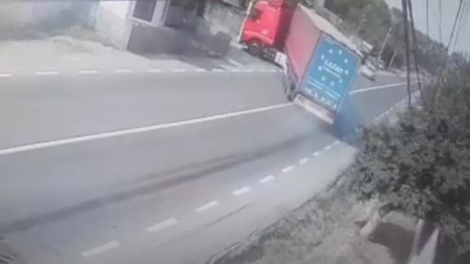 Momentul în care un șofer de TIR evită la limită o bătrână de 90 de ani. Captură Video