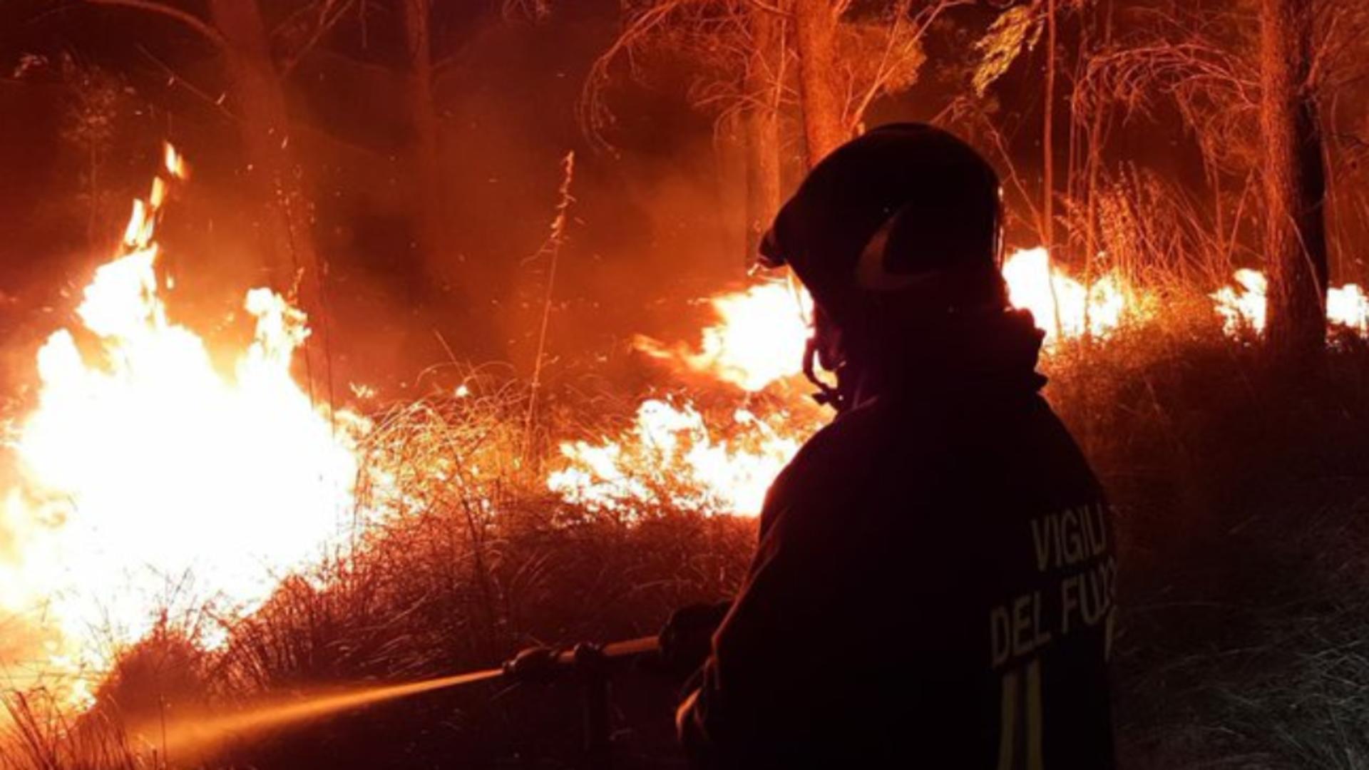 Situație DISPERATĂ în Italia din cauza incendiilor mistuitoare: O regiune din sud cere stare de URGENȚĂ
