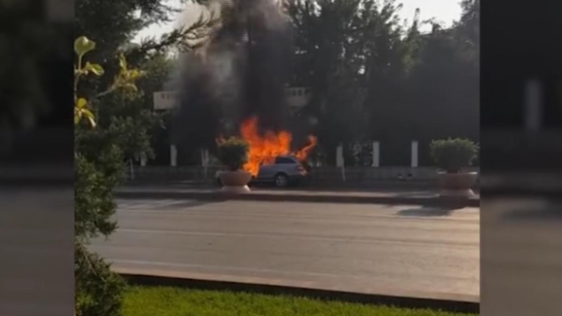 O mașină a luat foc în zona Timpuri Noi, sub privirile trecătorilor