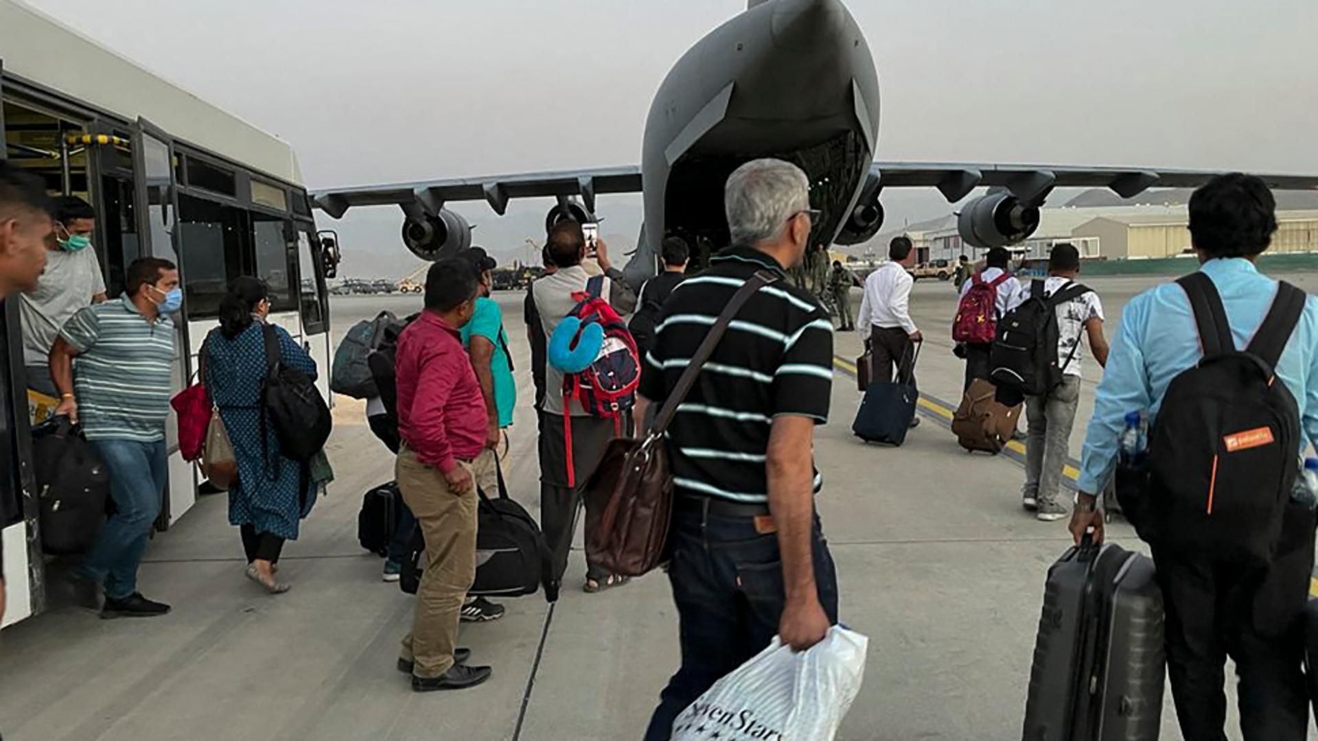 Încă 5 afgani, colaboratori ai României, au fost evacuați din Kabul. Foto/Profimedia