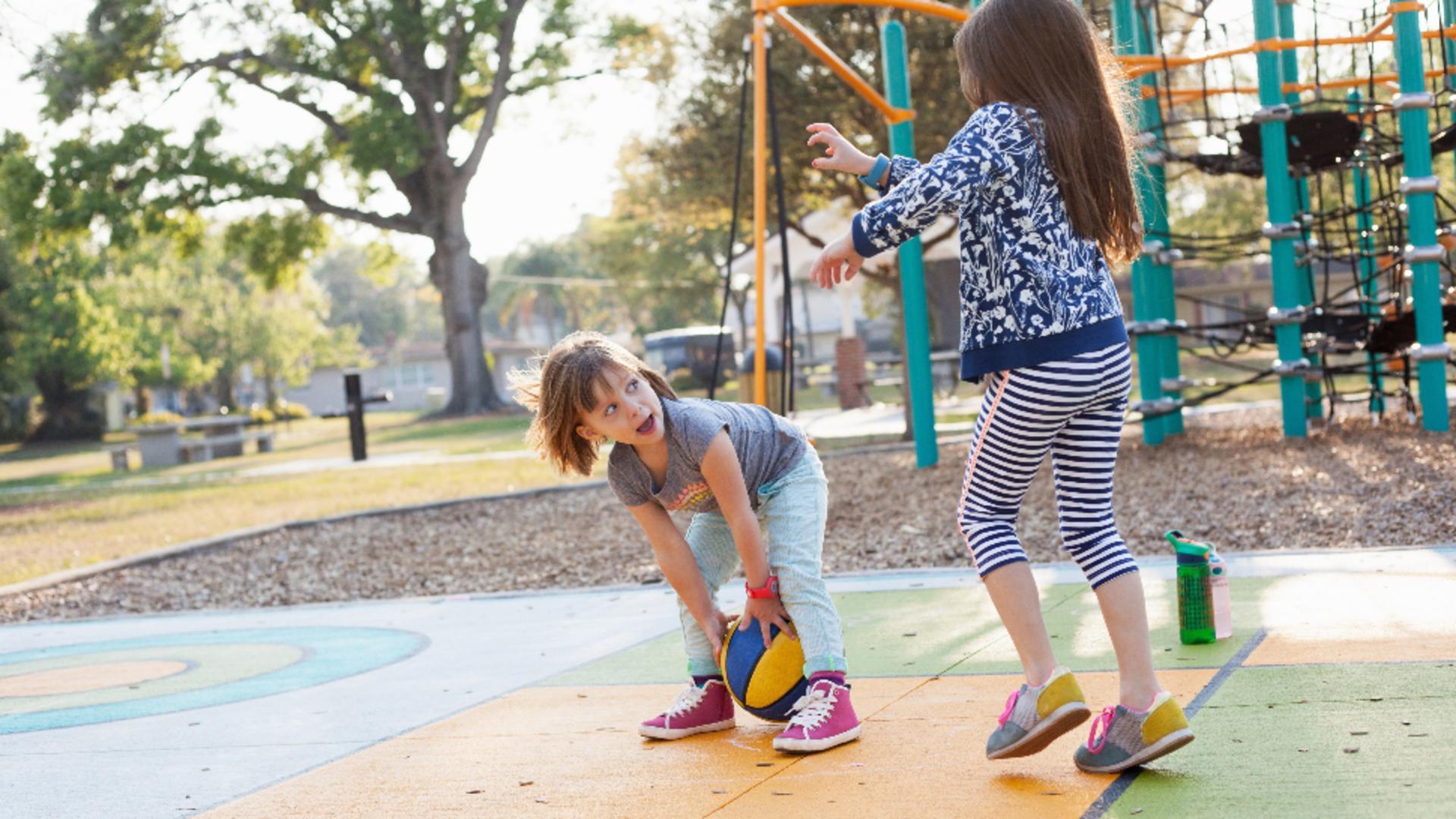 Un copil în vârstă de şapte ani s-a electrocutat în timp ce se afla într-un parc de joacă. Foto/Profimedia