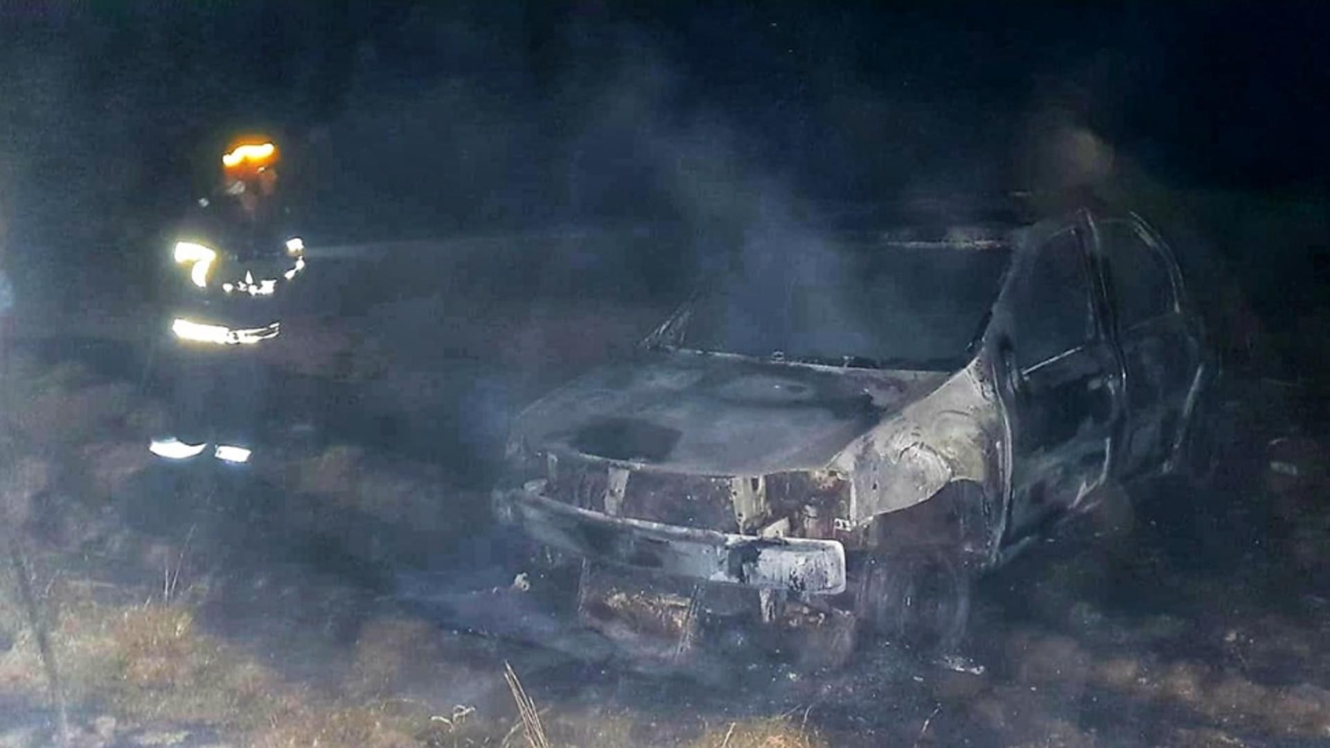 A ambalat mașina pe câmp, până când iarba a luat foc, cu tot cu autovehicul. Foto/ISU Giuergiu