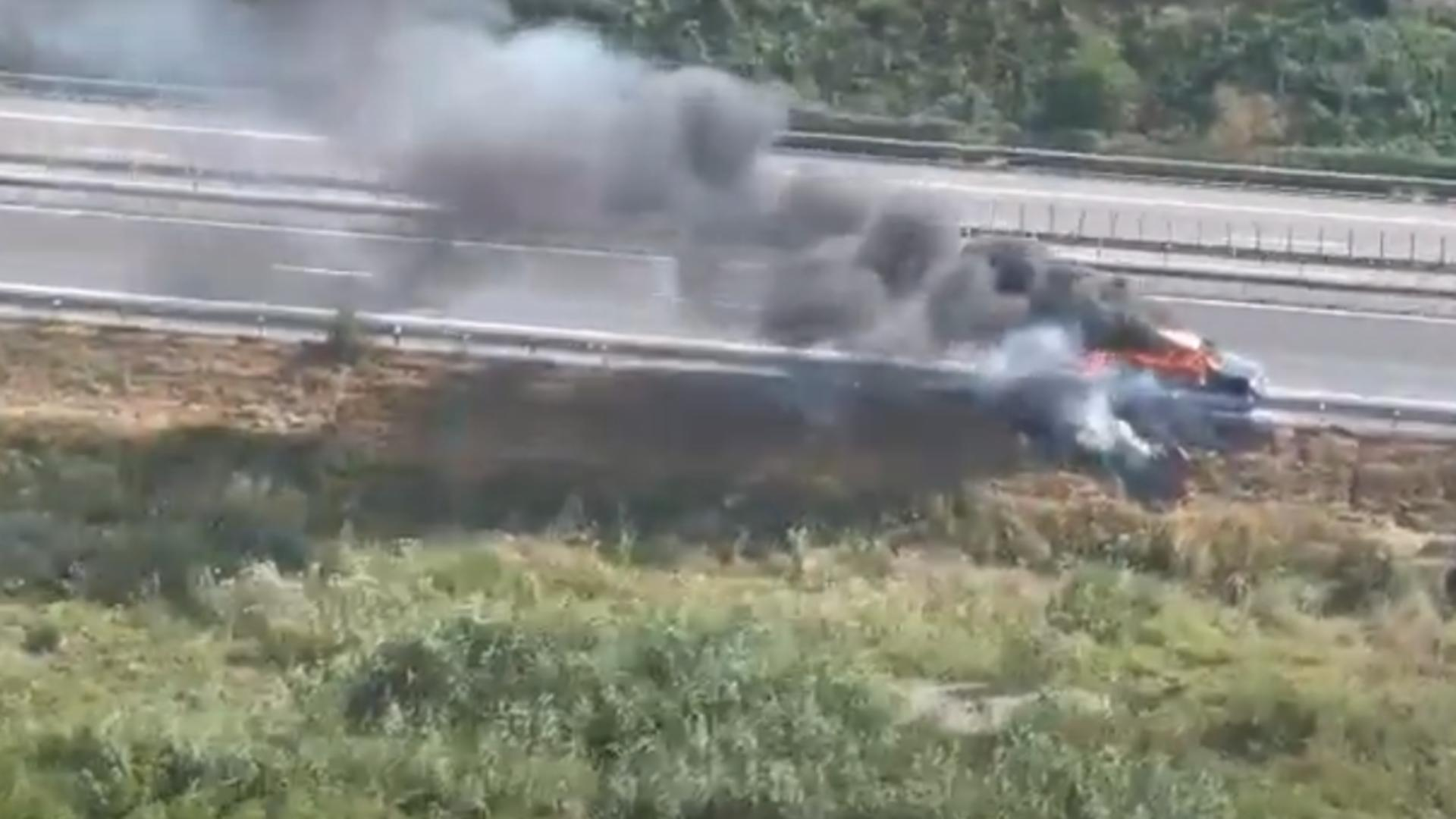 Autoturismul in flăcări, surprins din elicopterul Poliției Rutiere
