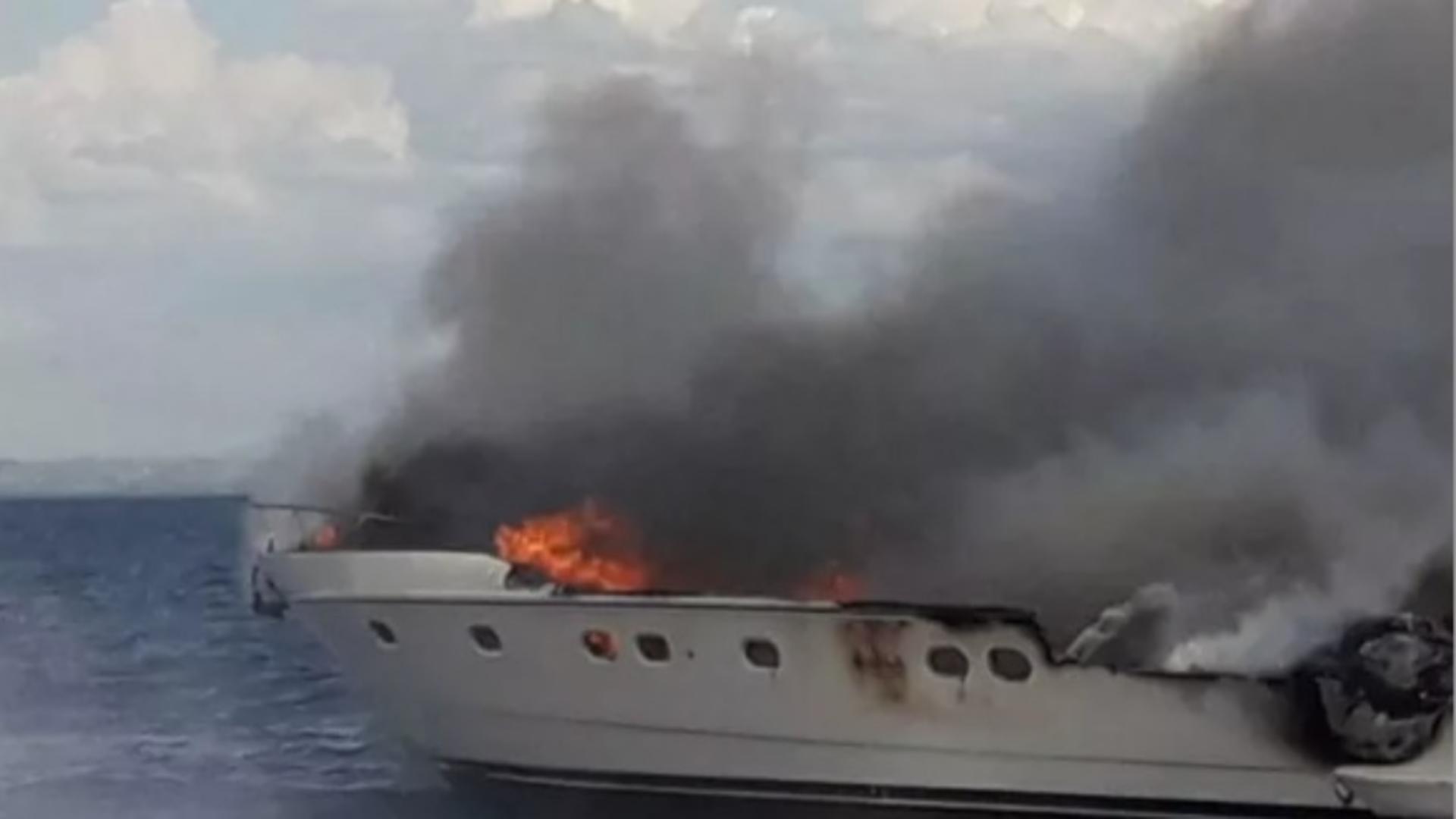 Un iaht cu 13 persoane la bord a luat foc în timp ce naviga